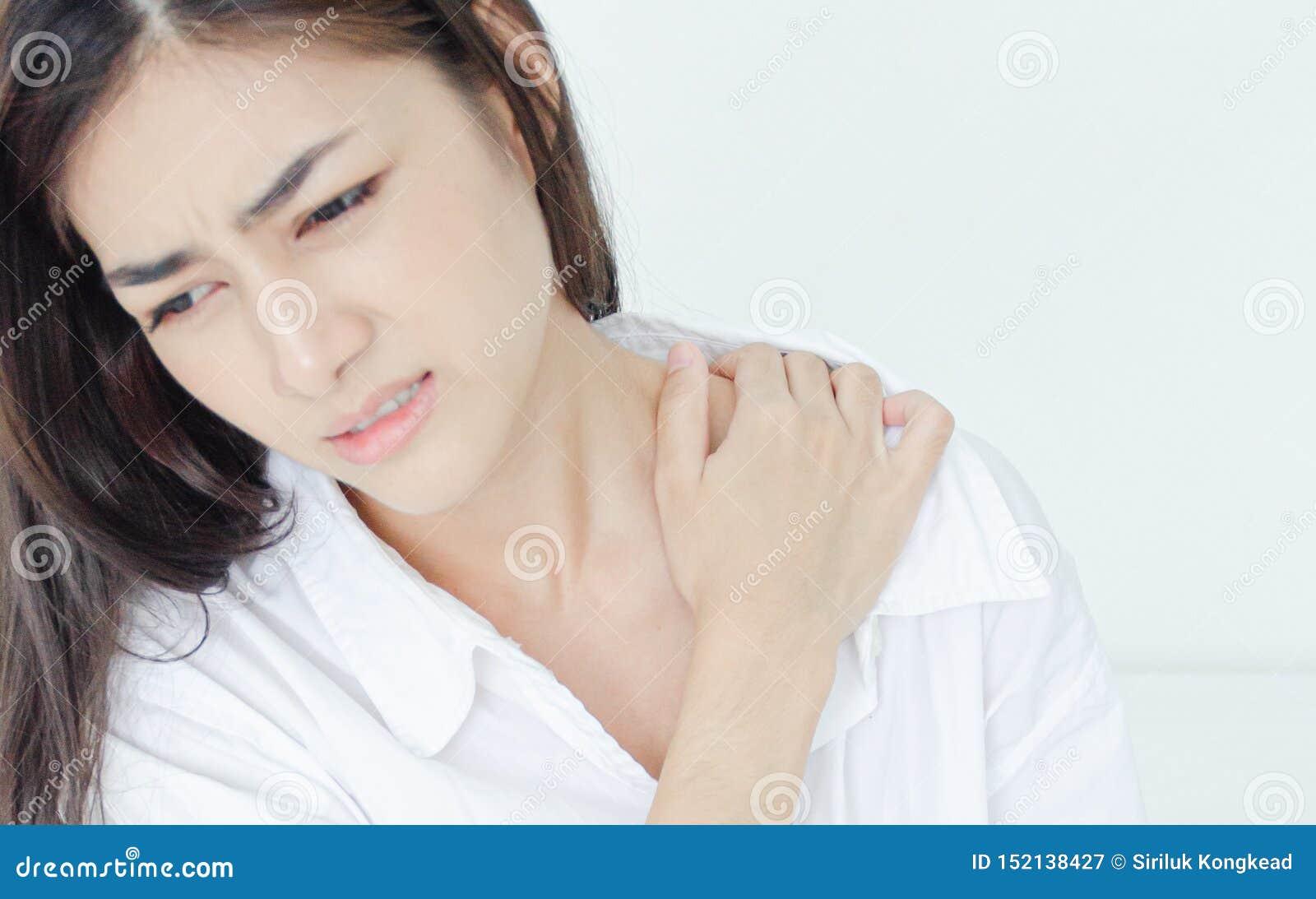 Άρρωστη γυναίκα με τον πόνο