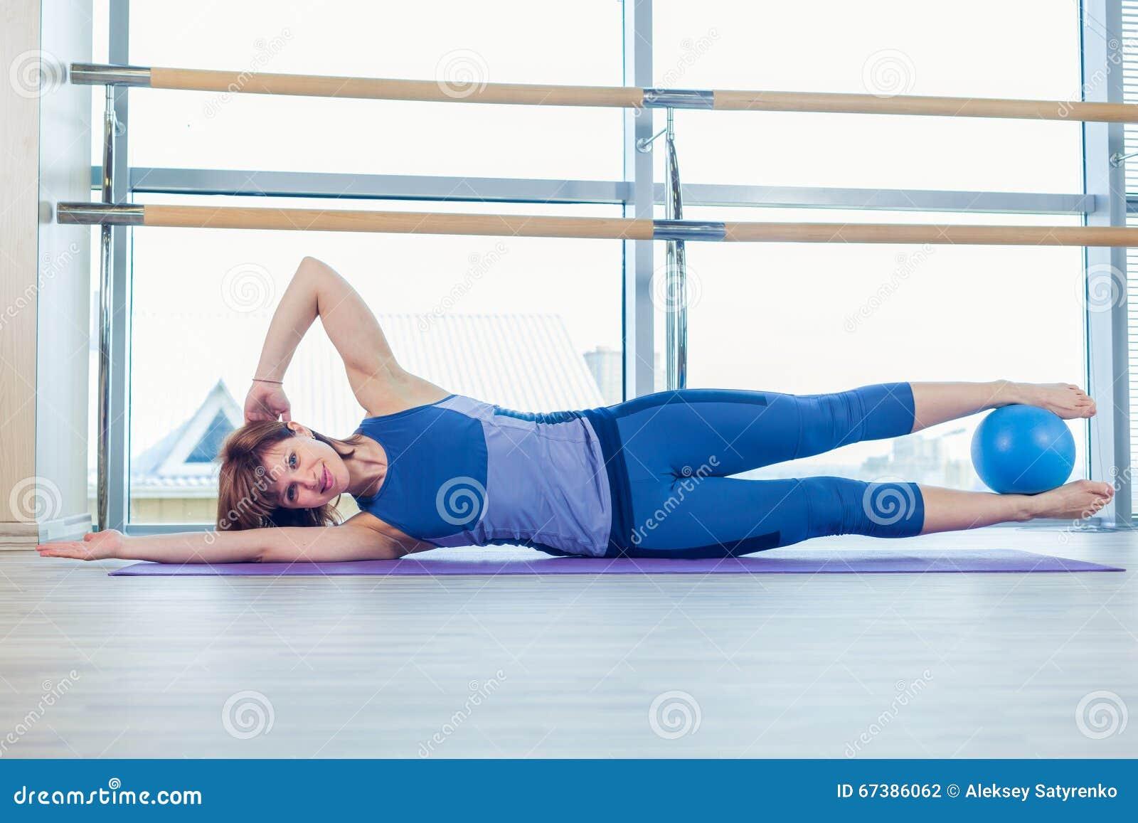 Άσκηση σφαιρών σταθερότητας γυναικών Pilates workout στη γυμναστική εσωτερική