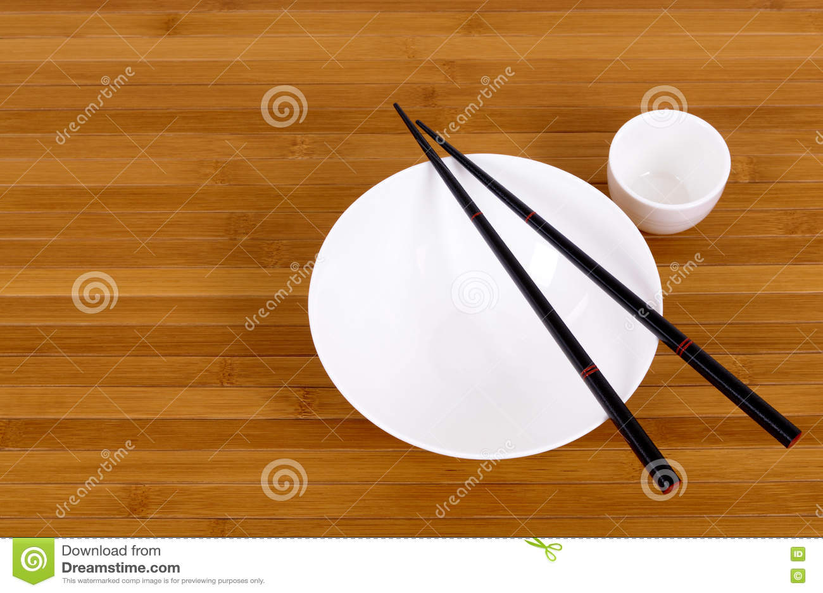 Άσπρα κενά ιαπωνικά chopsticks φλυτζανιών κύπελλων και χάρης ρυζιού