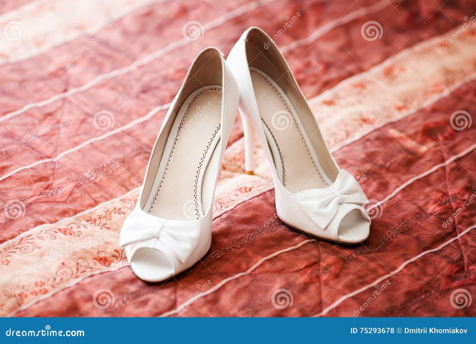 abb113be79d0 Μοντέρνα άσπρα νυφικά γαμήλια παπούτσια στον κόκκινο καναπέ έννοια γάμου.  Περισσότερες παρόμοιες στοκ εικόνες