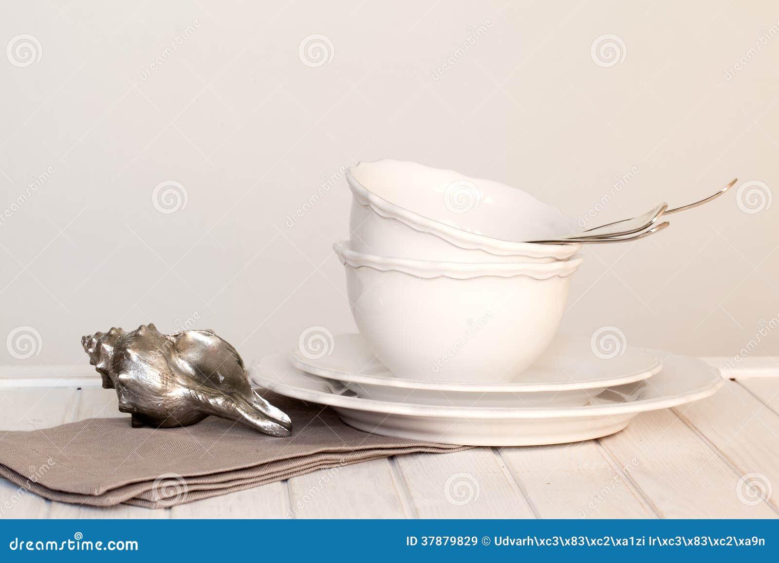 Άσπρα πιάτα, κύπελλα, μαχαιροποιός