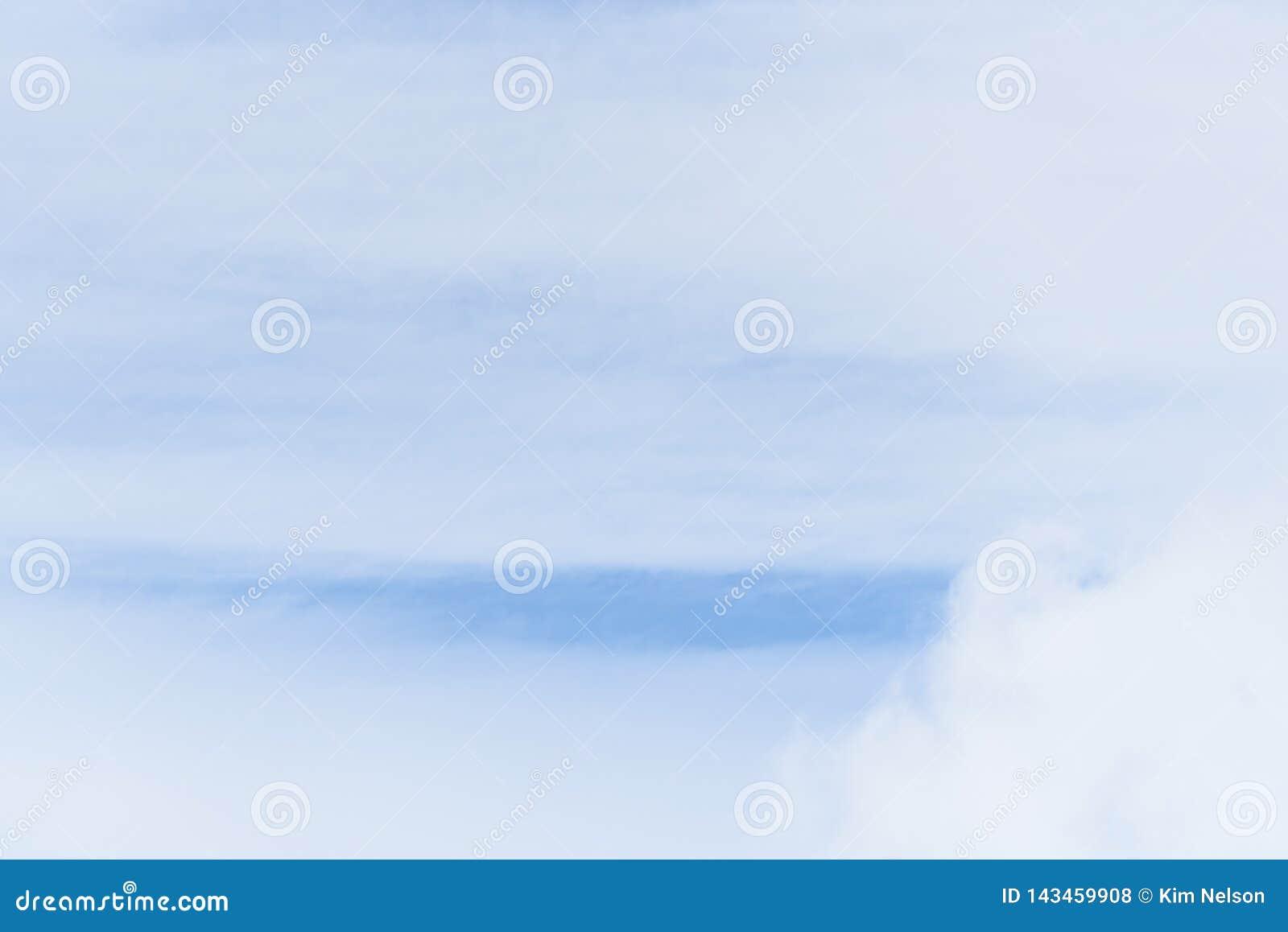 Άσπρα σύννεφα Wispy ενάντια σε έναν μπλε ουρανό ως υπόβαθρο φύσης