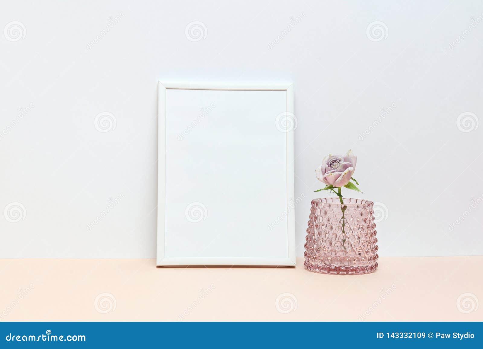 Άσπρα σύνορα και ρόδινα τριαντάφυλλα στο γραφείο