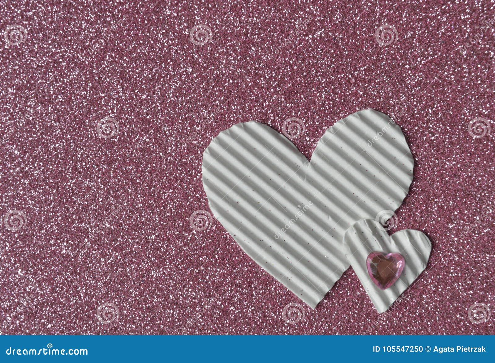 Άσπρες καρδιές στο ρόδινο υπόβαθρο