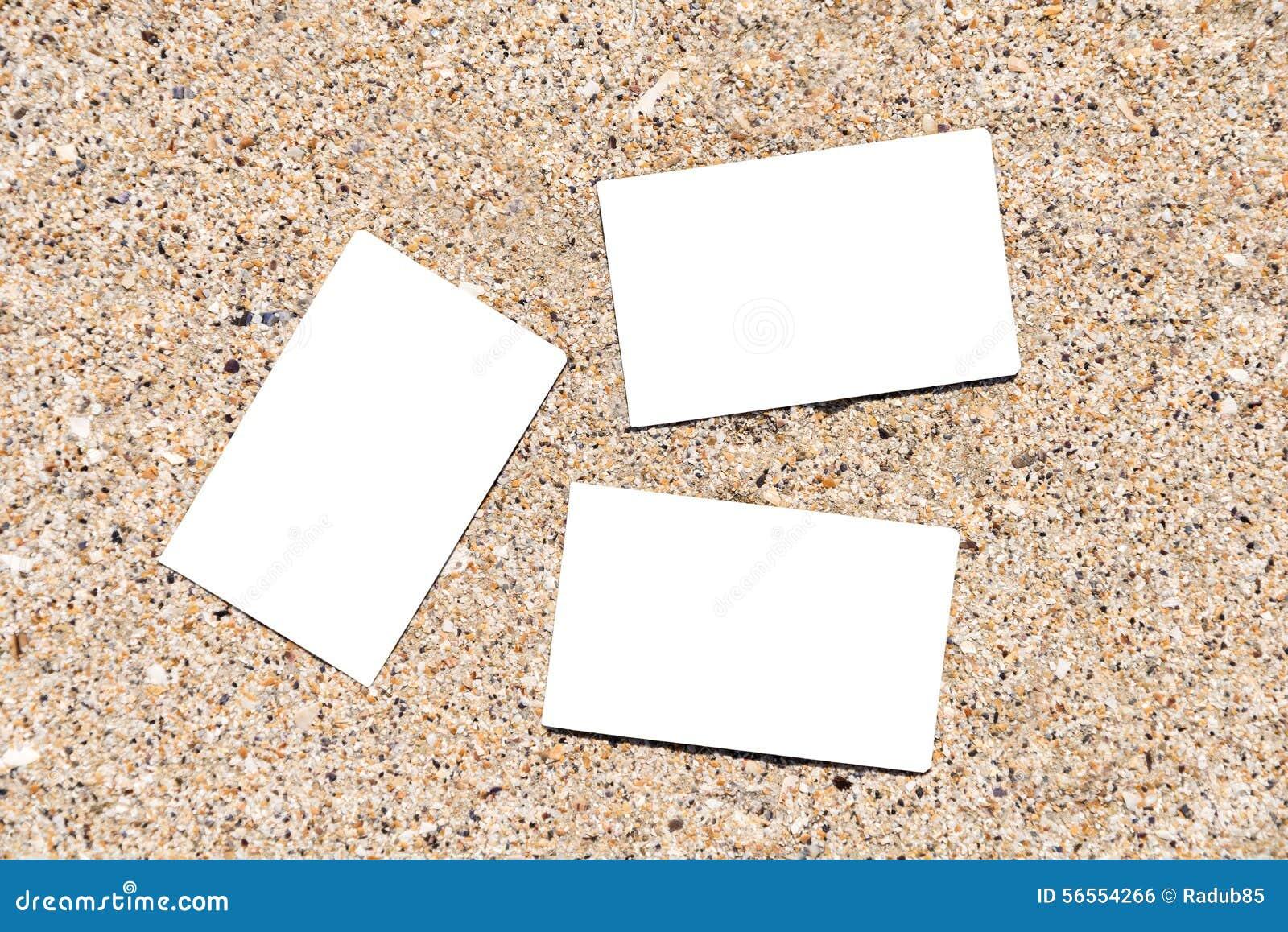 Download Άσπρες κενές επαγγελματικές κάρτες στην άμμο παραλιών Στοκ Εικόνες - εικόνα από κάπρων, φωτογραφία: 56554266