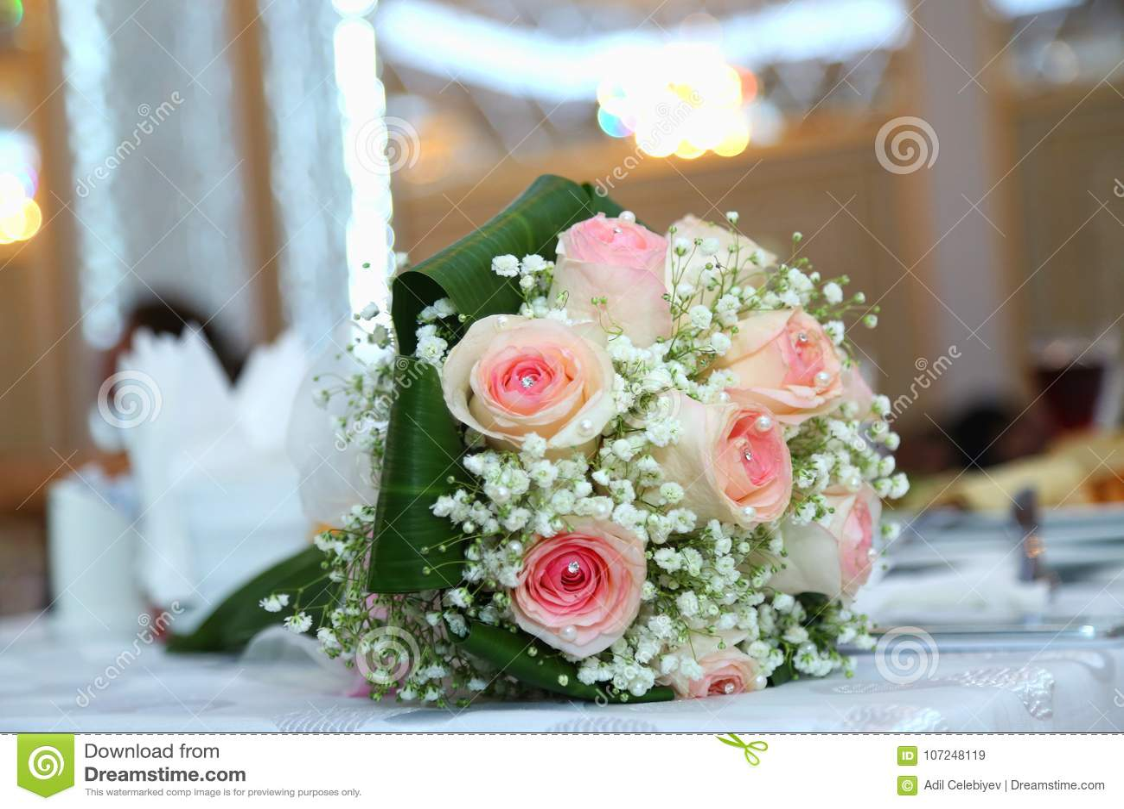14daf4a90ff5 Άσπρη ανθοδέσμη λουλουδιών γάμου και δέσμευσης Όμορφη γαμήλια ανθοδέσμη με  τα διαφορετικά λουλούδια