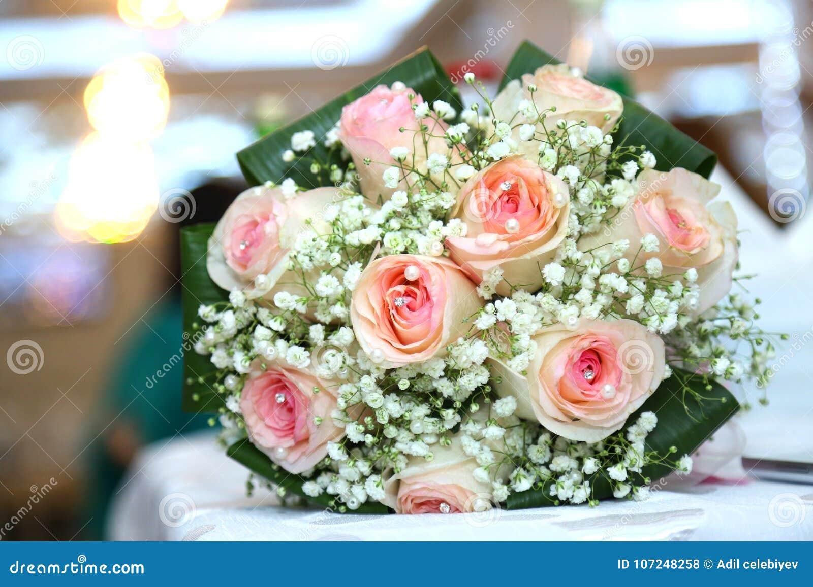3173c6c8603d Άσπρη ανθοδέσμη λουλουδιών γάμου και δέσμευσης Όμορφη γαμήλια ανθοδέσμη με  τα διαφορετικά λουλούδια