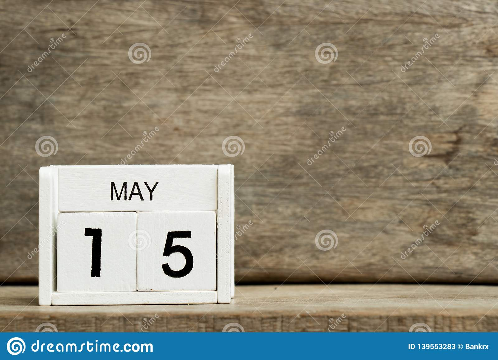 Άσπρη ημερολογιακή παρούσα ημερομηνία 15 φραγμών και μήνας Μάιος στο ξύλινο υπόβαθρο