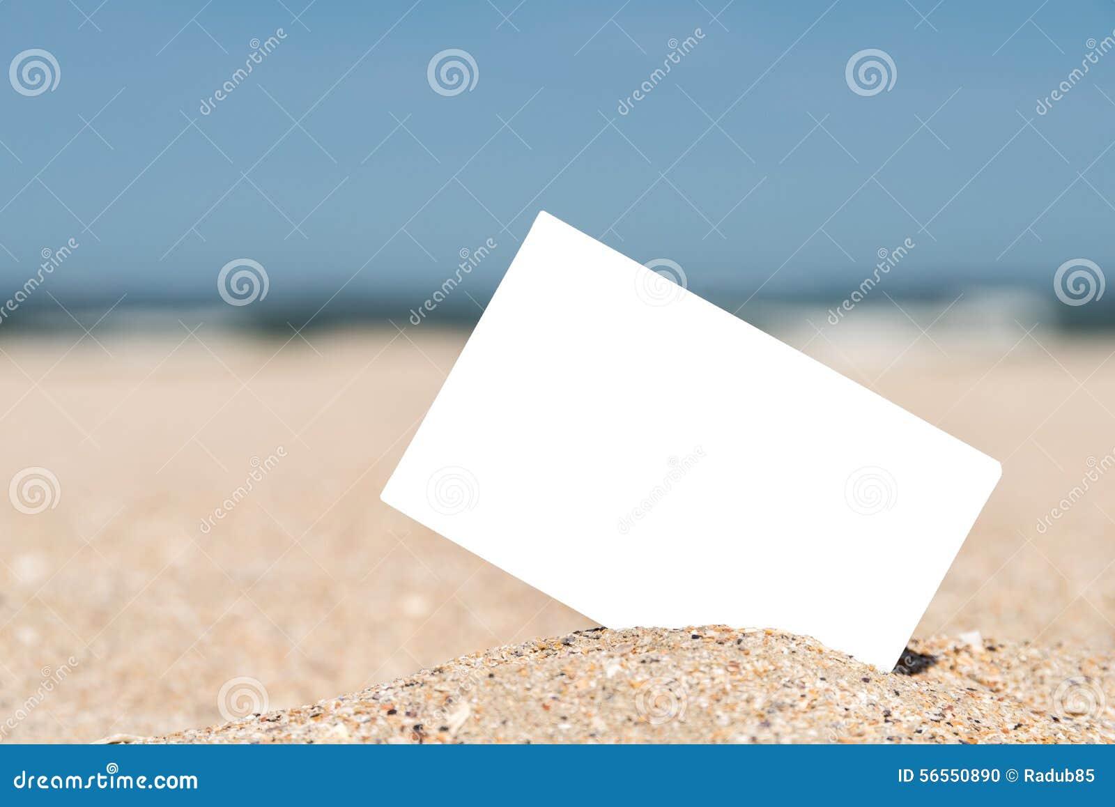 Download Άσπρη κενή στιγμιαία κάρτα φωτογραφιών στην άμμο παραλιών Στοκ Εικόνες - εικόνα από παλαιός, ναυτικό: 56550890