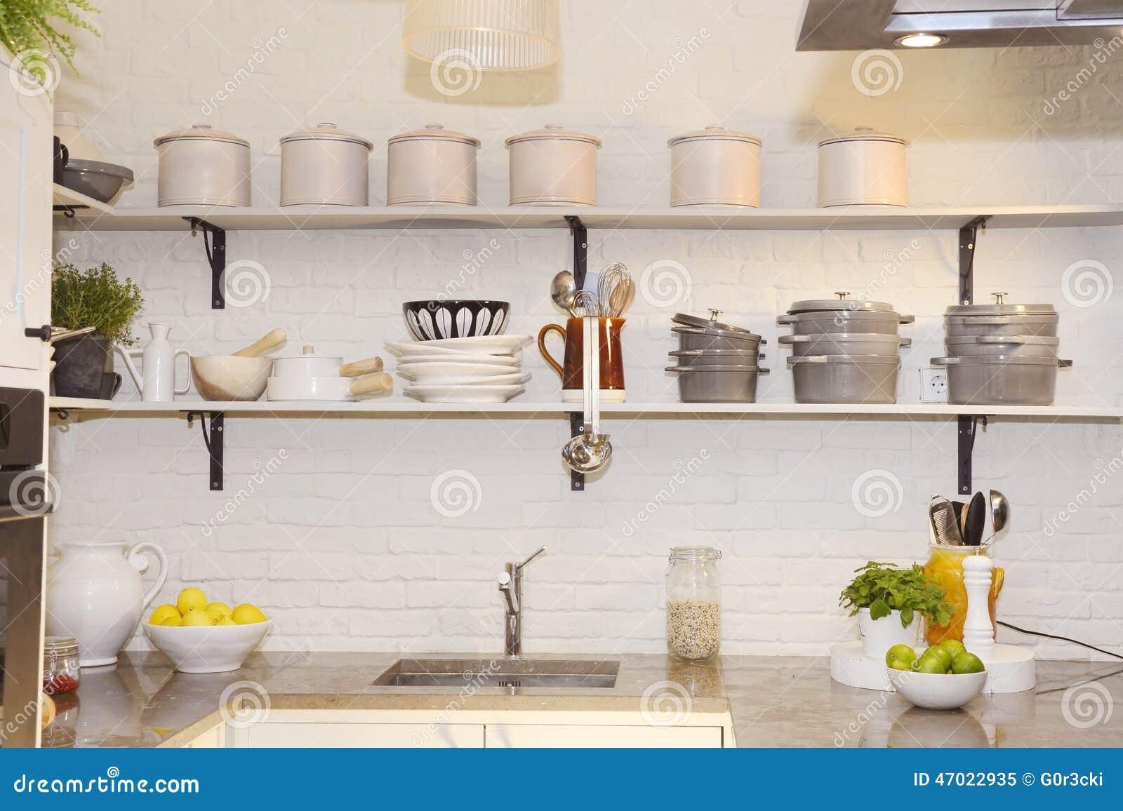 Άσπρη κουζίνα με τα ζωηρόχρωμα φρούτα στο μετρητή γρανίτη
