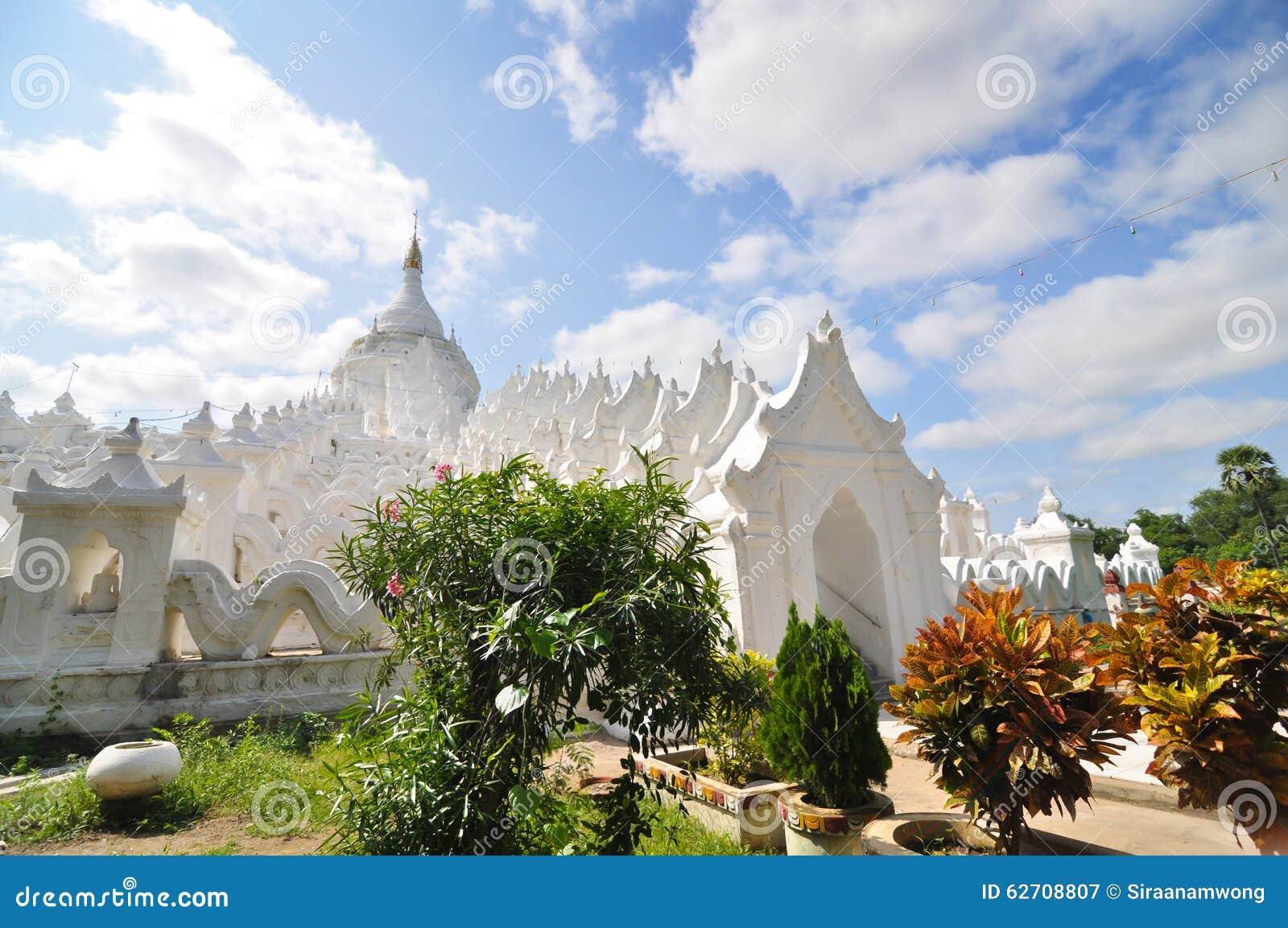 Άσπρη παγόδα του ναού paya Hsinbyume (Myatheindan) στο Mandalay