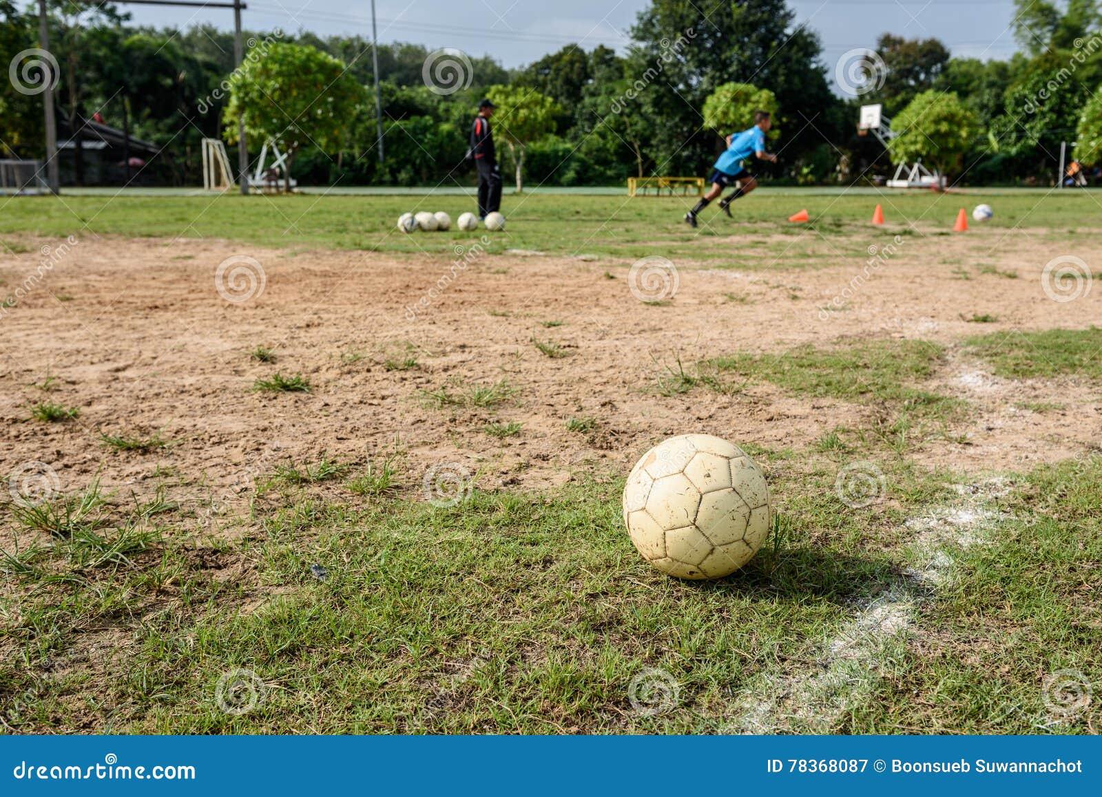 Άσπρη παλαιά σφαίρα ποδοσφαίρου