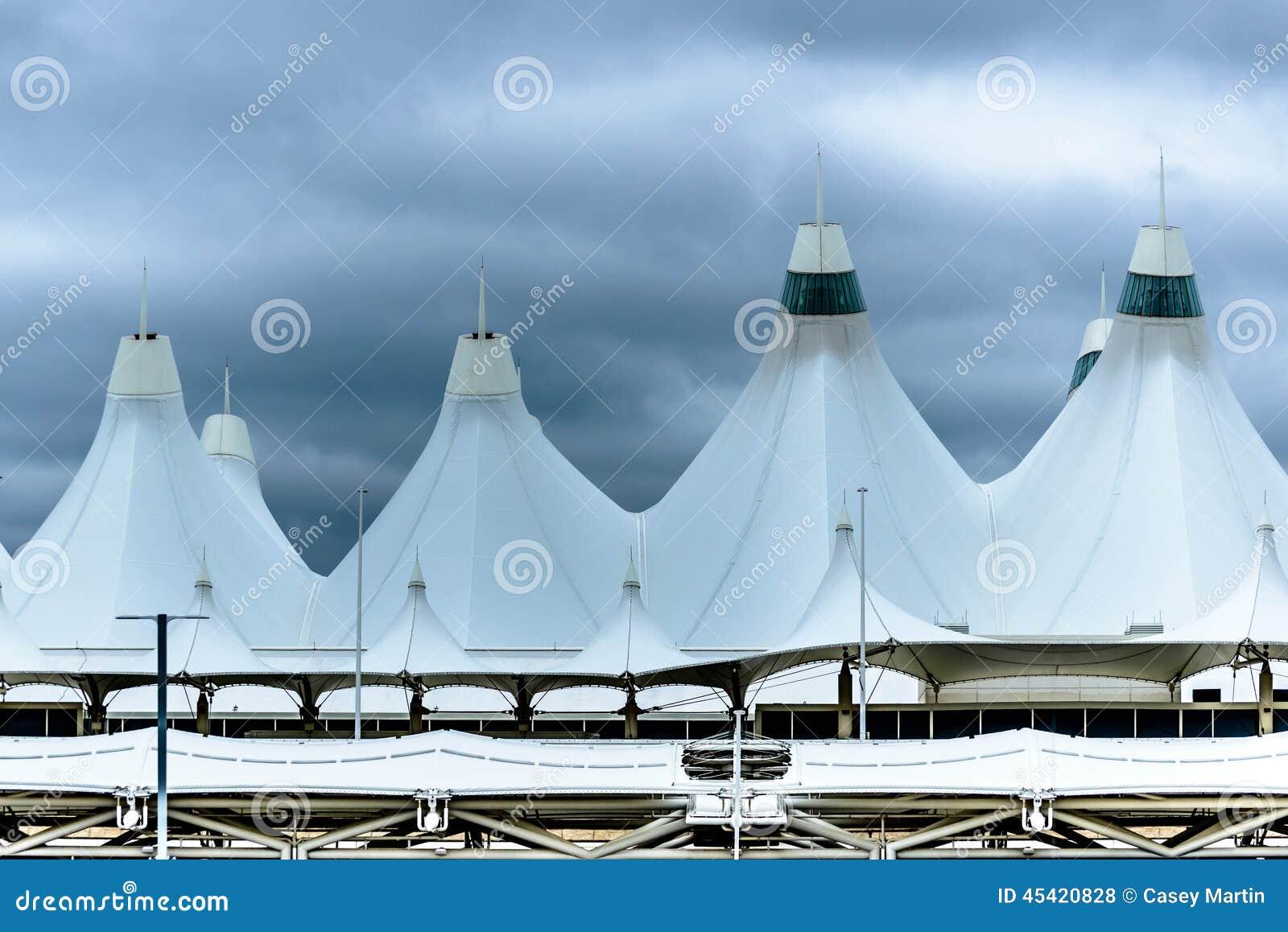 Άσπροι θόλοι στεγών σκηνών στο διεθνή αερολιμένα του Ντένβερ