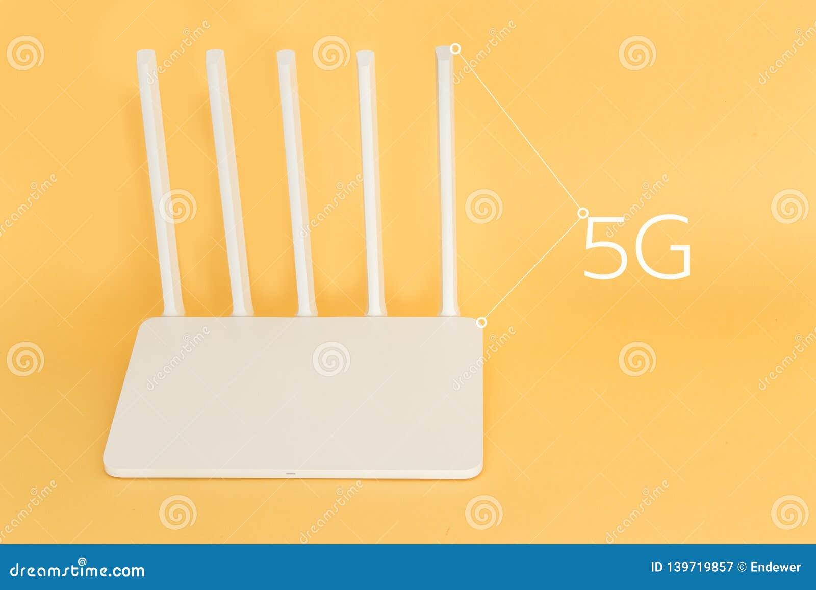 Άσπρος δρομολογητής wifi 5g σε ένα κίτρινο υπόβαθρο