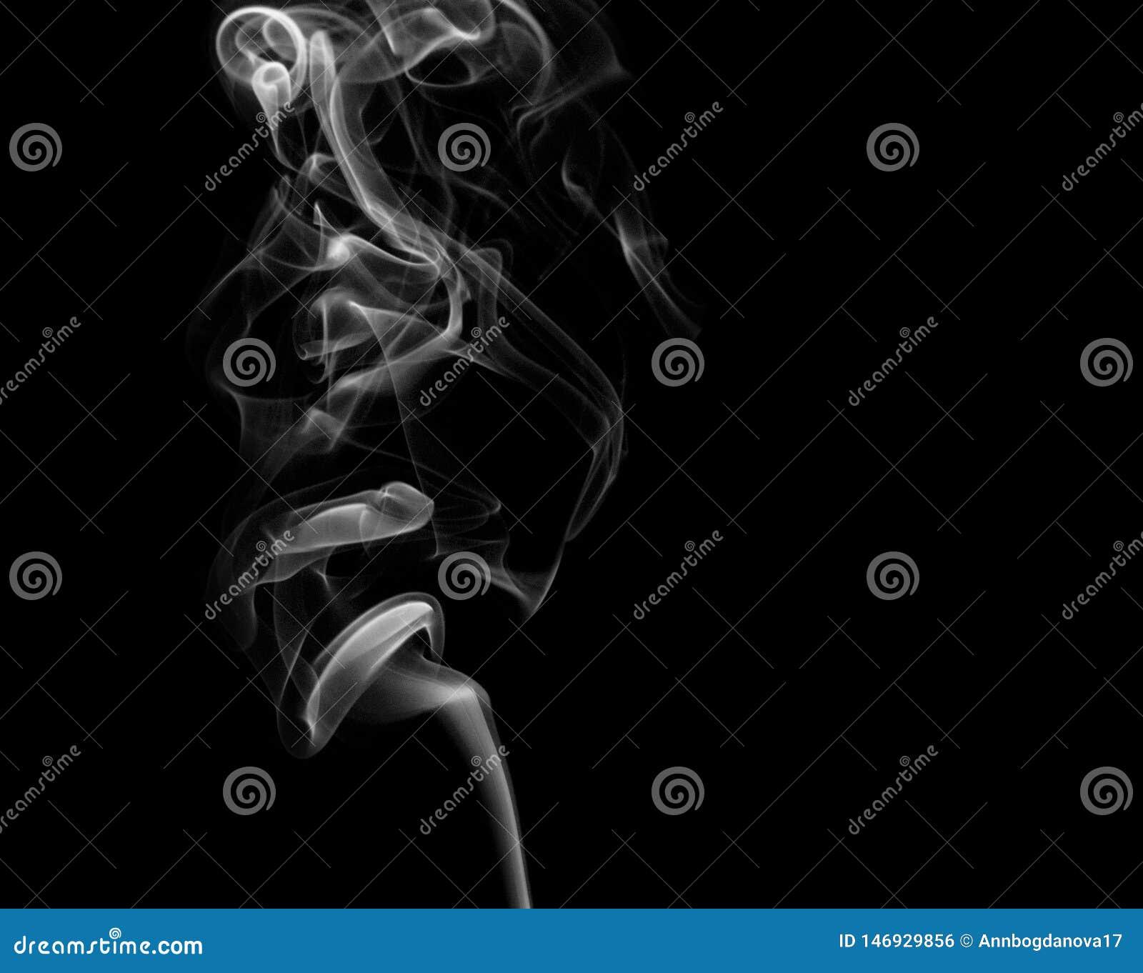 Άσπρος καπνός στο μαύρο υπόβαθρο