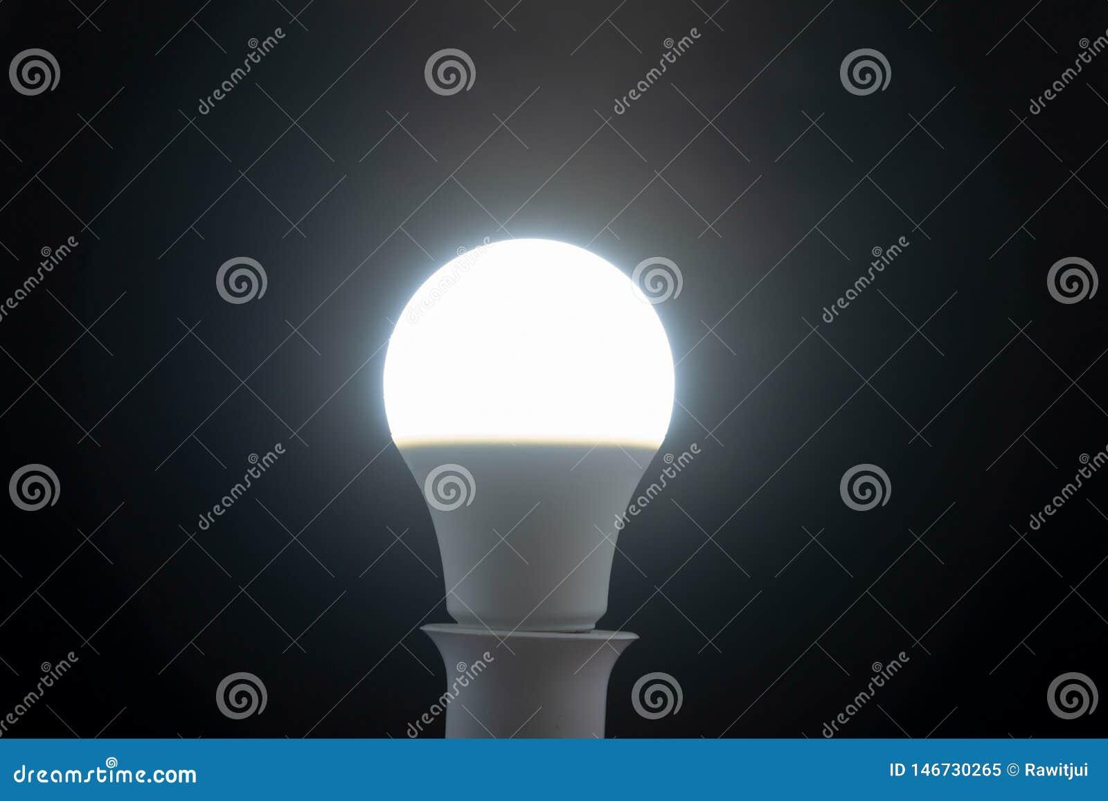 Άσπρος οδηγημένος βολβός φωτός της ημέρας στο μαύρο υπόβαθρο