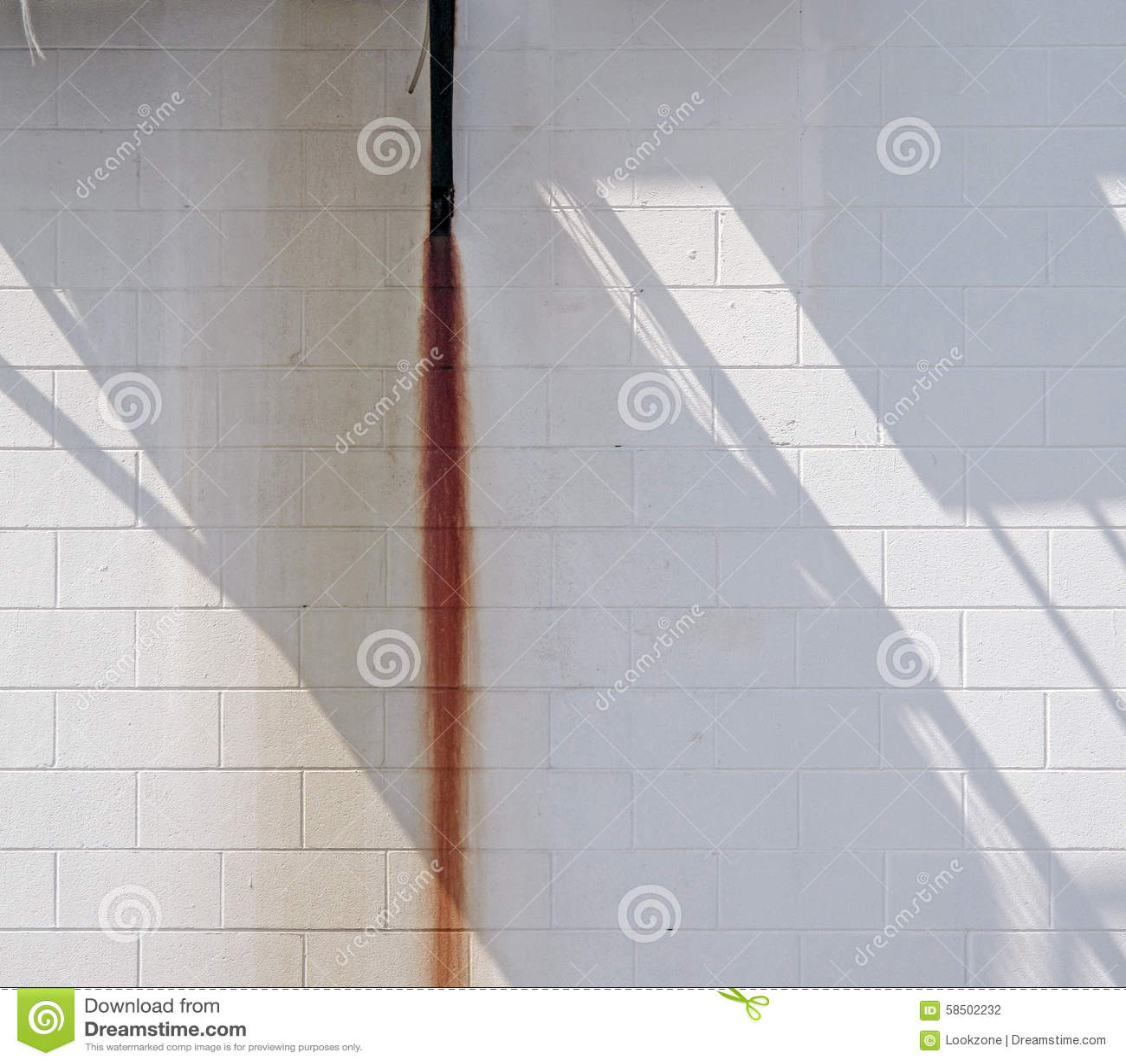 Άσπρος τοίχος με τη ράβδωση και τη σκιά σκουριάς