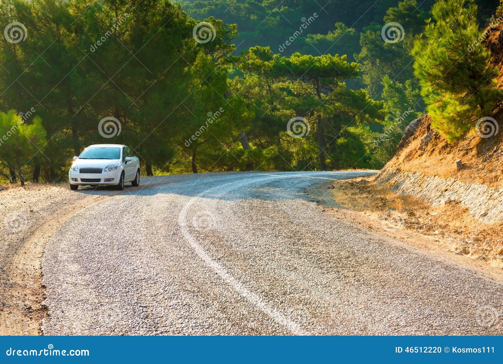 Άσπρο αυτοκίνητο που σταθμεύουν στη στροφή