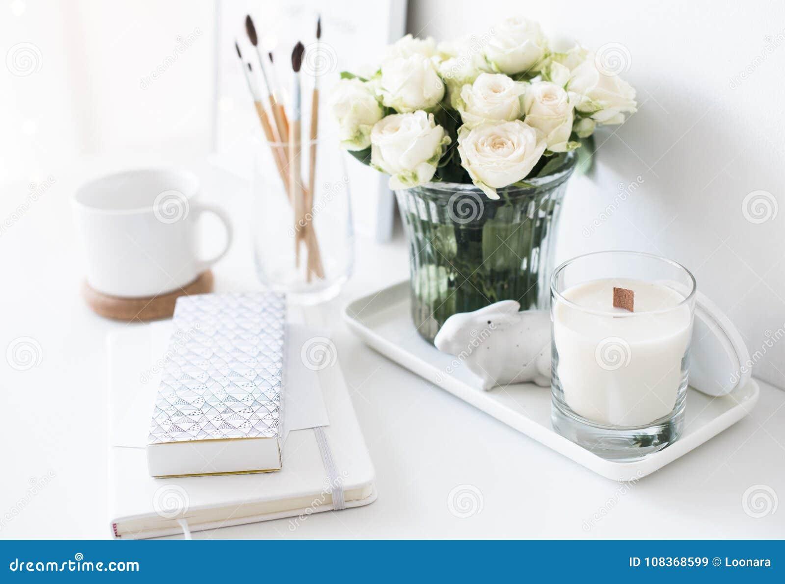 Άσπρο εσωτερικό ντεκόρ με το νέες χειροποίητες κερί και την ανθοδέσμη FR