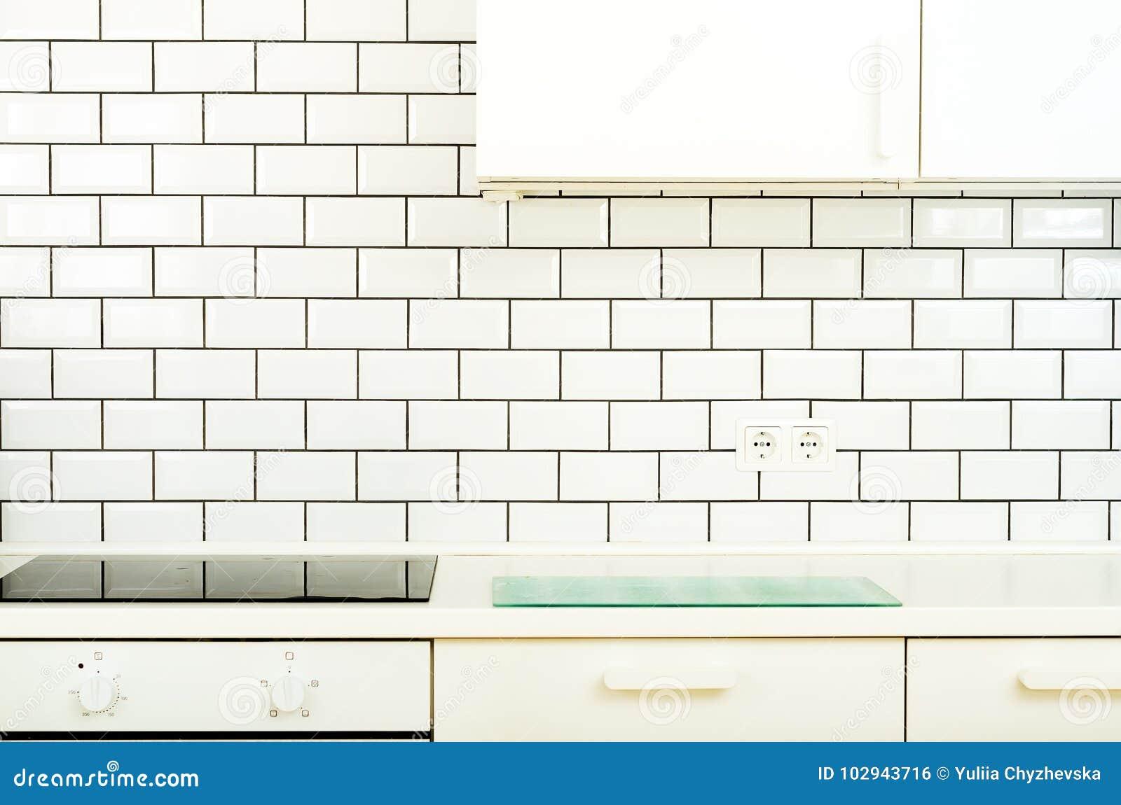 Άσπρο εσωτερικό σχέδιο, σύγχρονη και μινιμαλιστική κουζίνα ύφους με τις οικιακές συσκευές Ανοιχτός χώρος στο σύνολο καθιστικών
