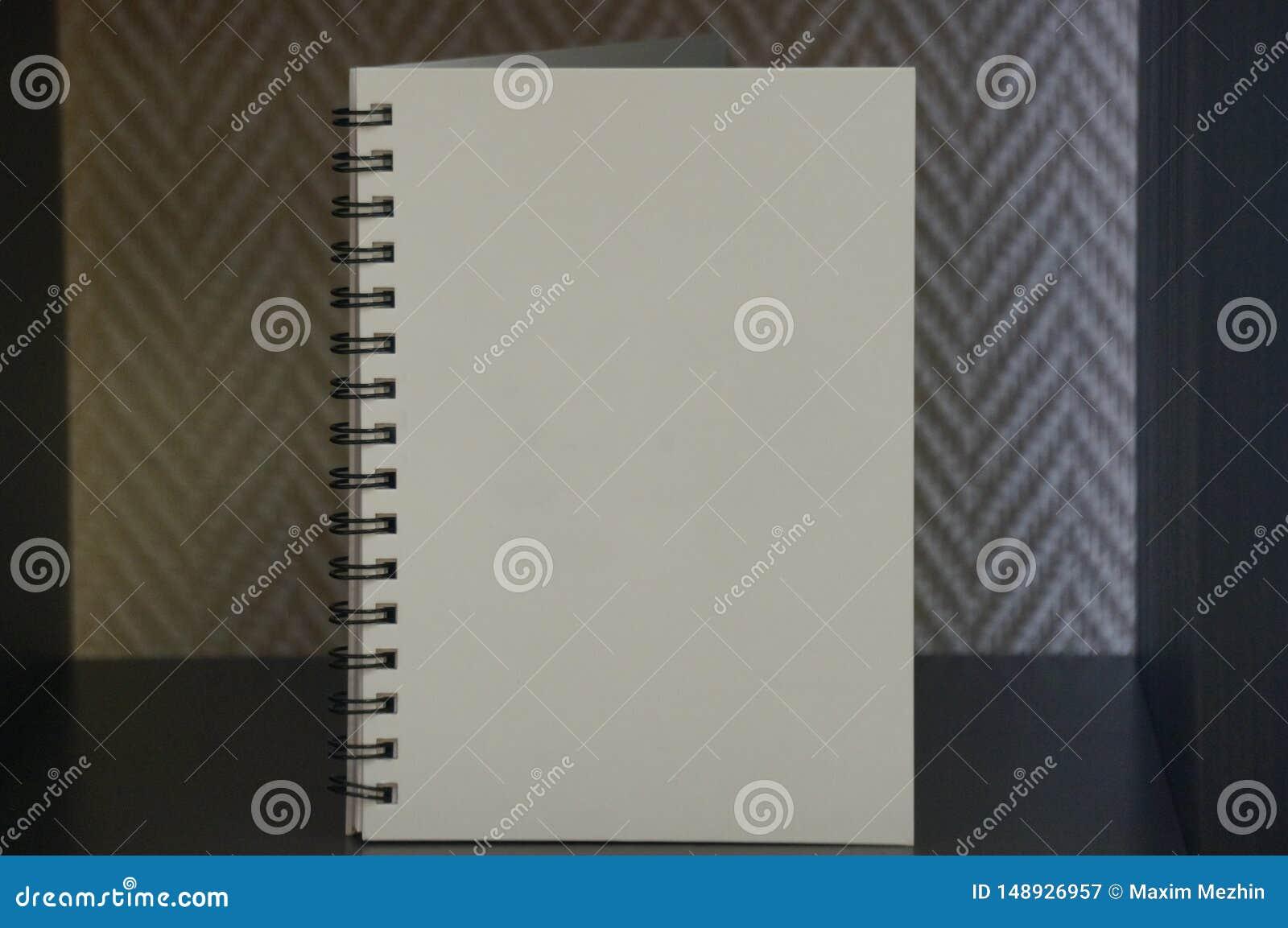 Άσπρο ημερολόγιο στο μαύρο πίνακα