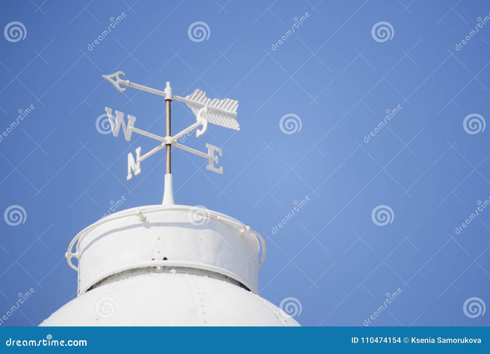 Άσπρο καιρικό vane στη στέγη