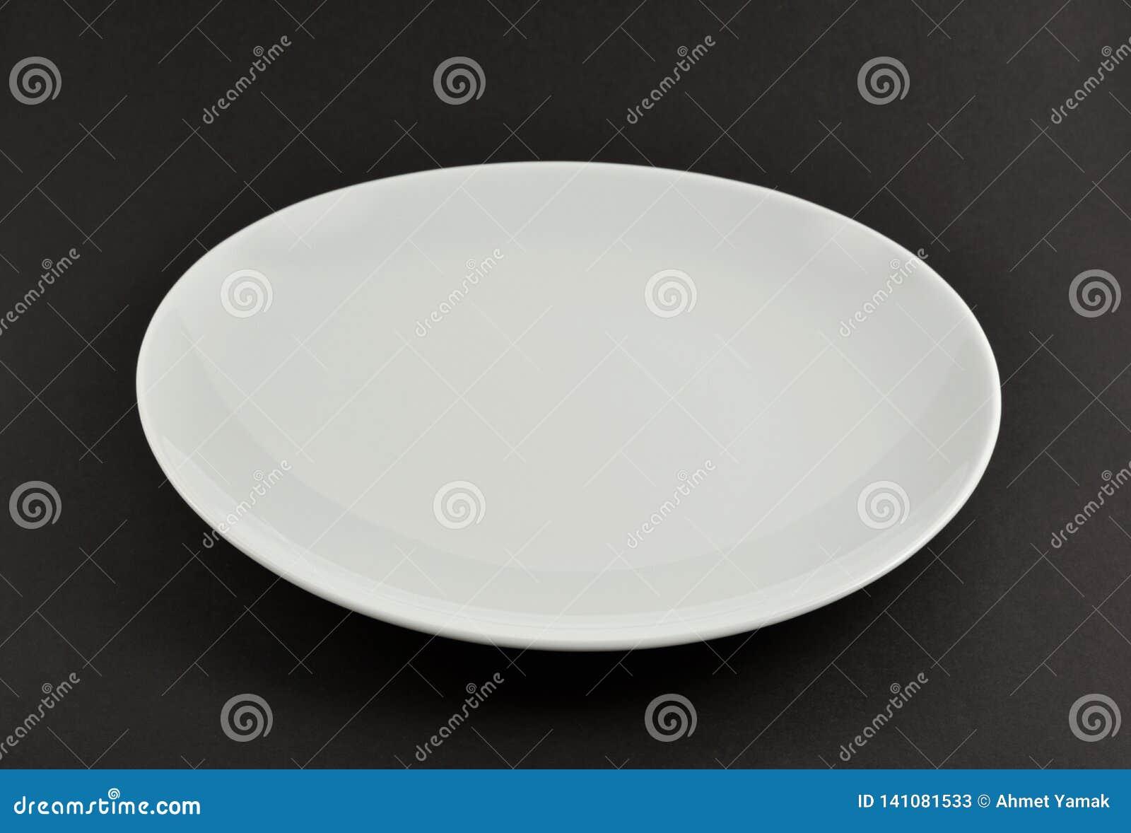 Άσπρο κενό πιάτο στο Μαύρο