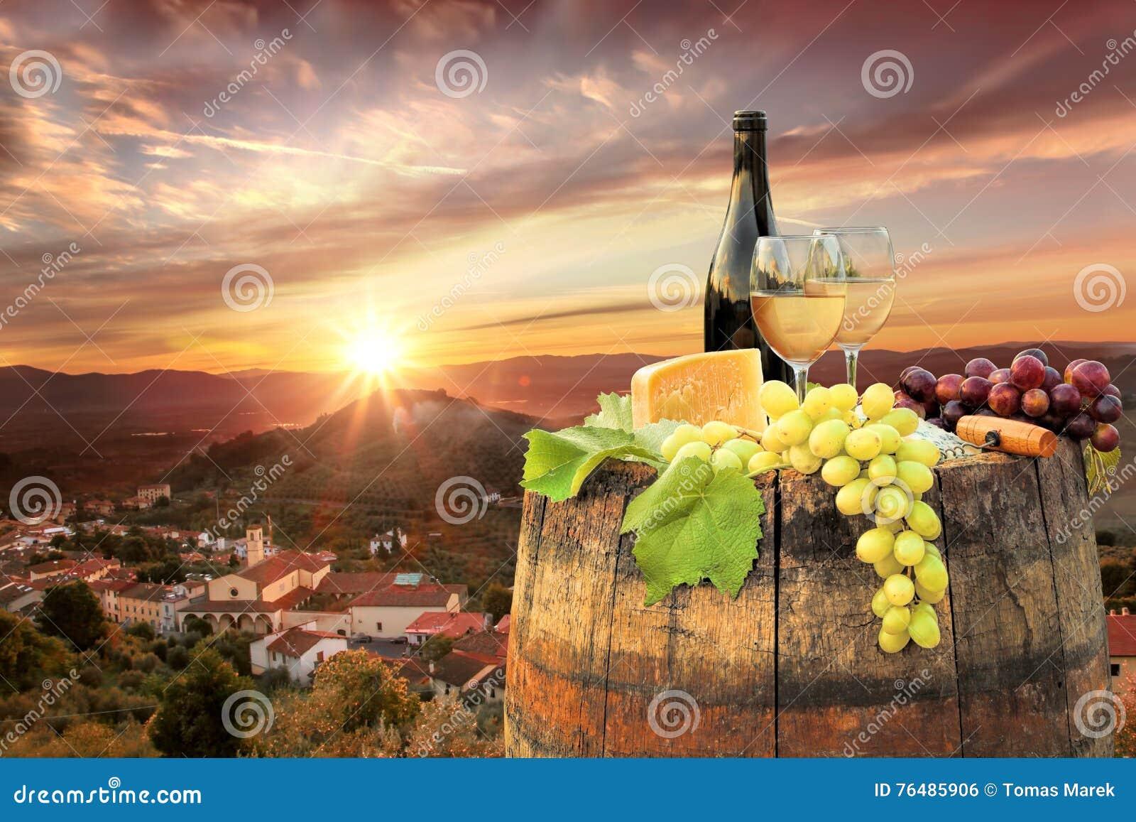 Άσπρο κρασί με το βαρέλι στον αμπελώνα σε Chianti, Τοσκάνη, Ιταλία