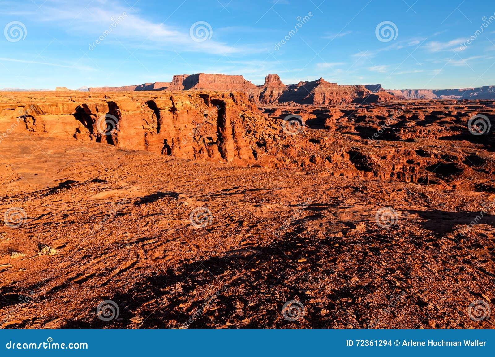 Άσπρο νησί οδικού Canyonlands NP πλαισίων στον ουρανό Γιούτα
