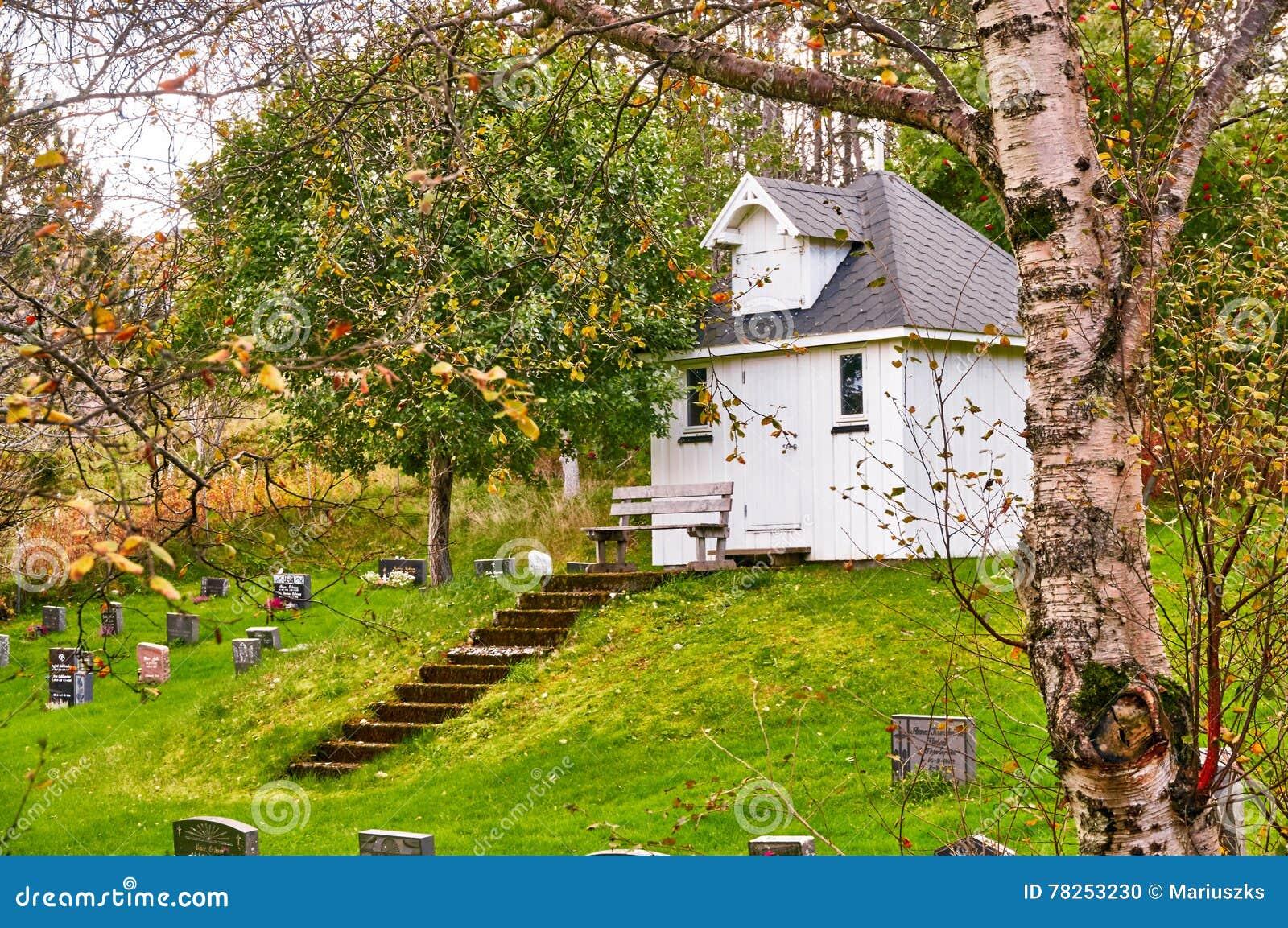 Άσπρο ξύλινο παρεκκλησι νεκροταφείων