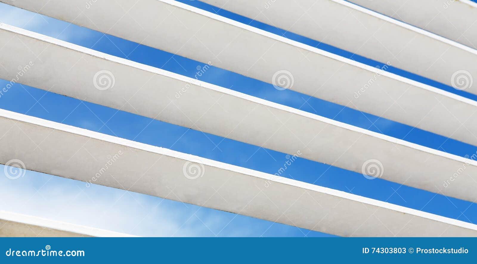 Άσπρο ξύλινο louver τεμάχιο παραθύρων με το ορατό εξωτερικό ουρανού