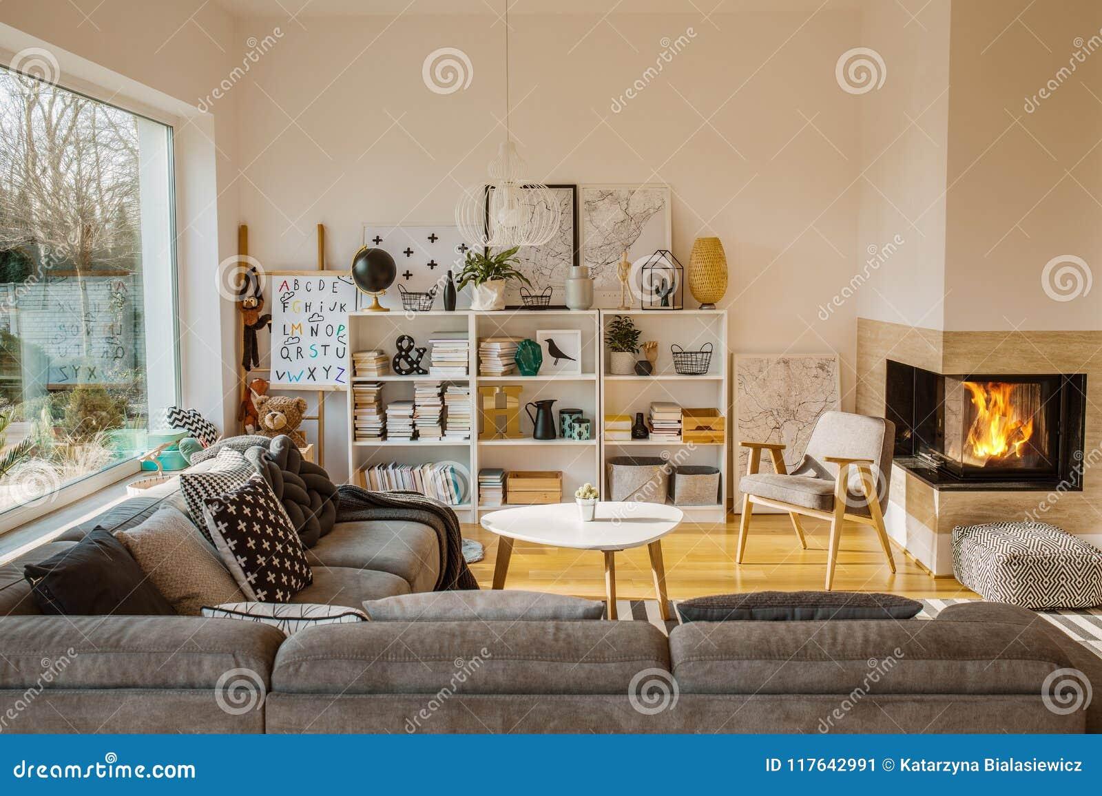 Άσπρο Σκανδιναβικό εσωτερικό καθιστικών με την εστία, αφίσες,