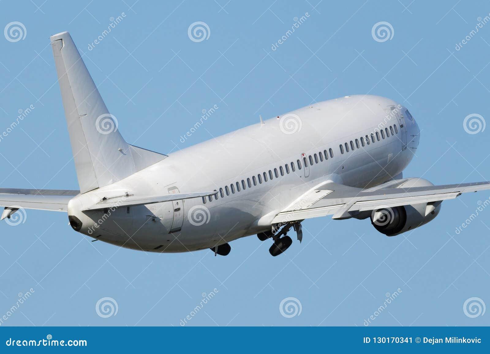 Άσπρο στενό αεριωθούμενο αεροπλάνο σωμάτων