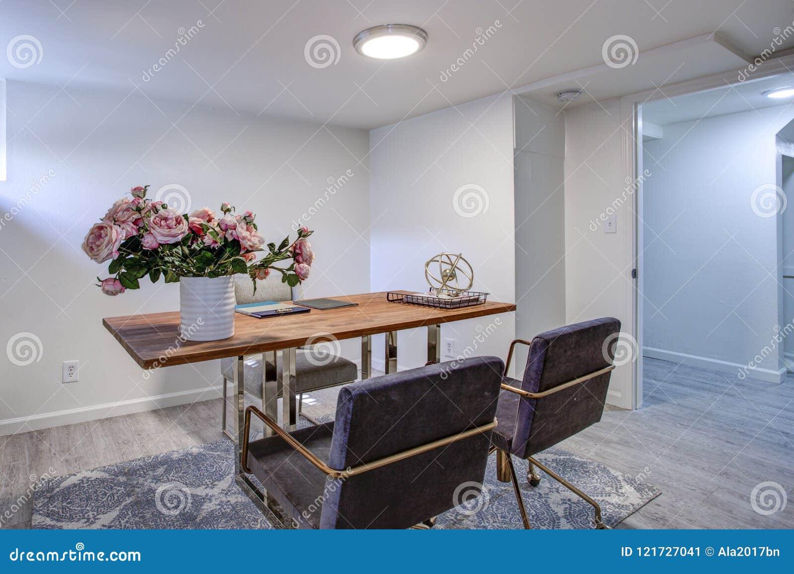 Άσπρο Υπουργείο Εσωτερικών με το χρώμιο και το ξύλινο γραφείο