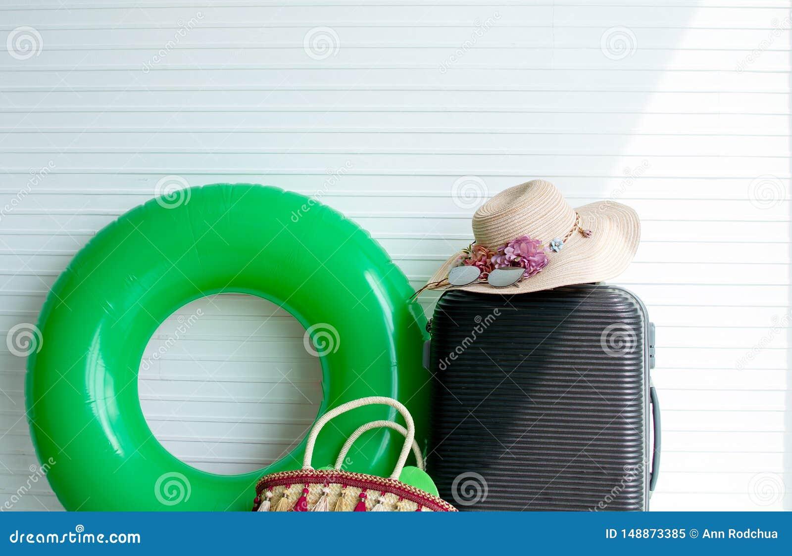 Άσπρο υπόβαθρο με τα εξαρτήματα αποσκευών και της γυναίκας