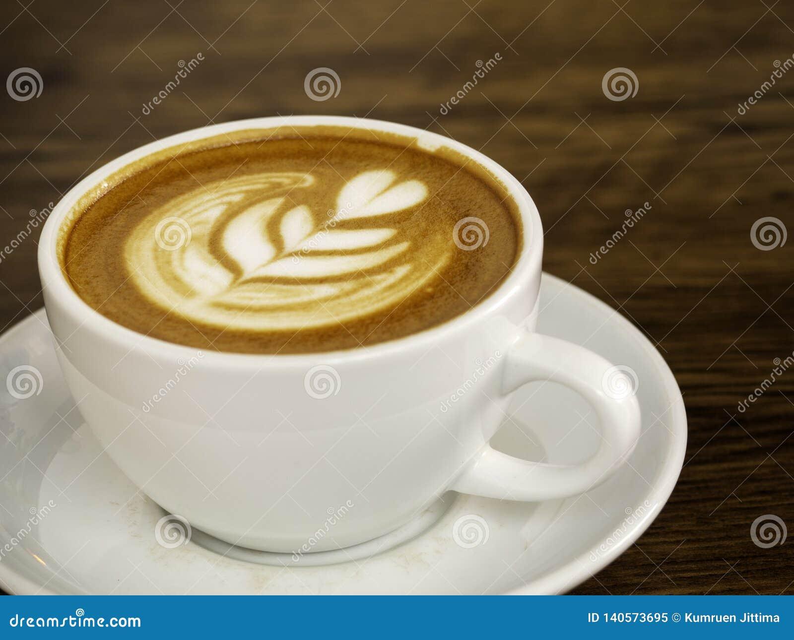 άσπρο φλυτζάνι καφέ στον ξύλινο πίνακα, χρόνος καφέ
