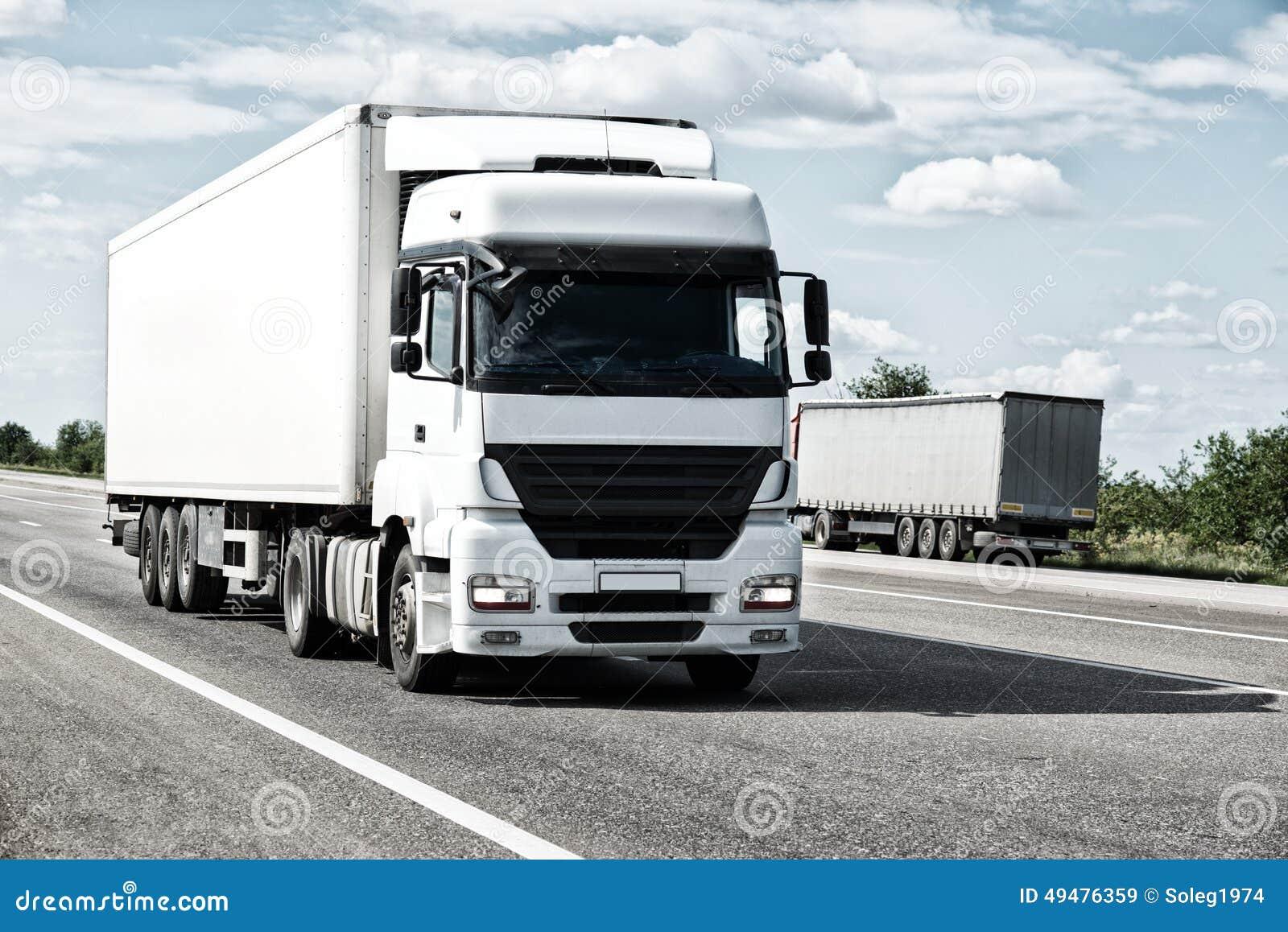 Άσπρο φορτηγό στο δρόμο Μεταφορά φορτίου