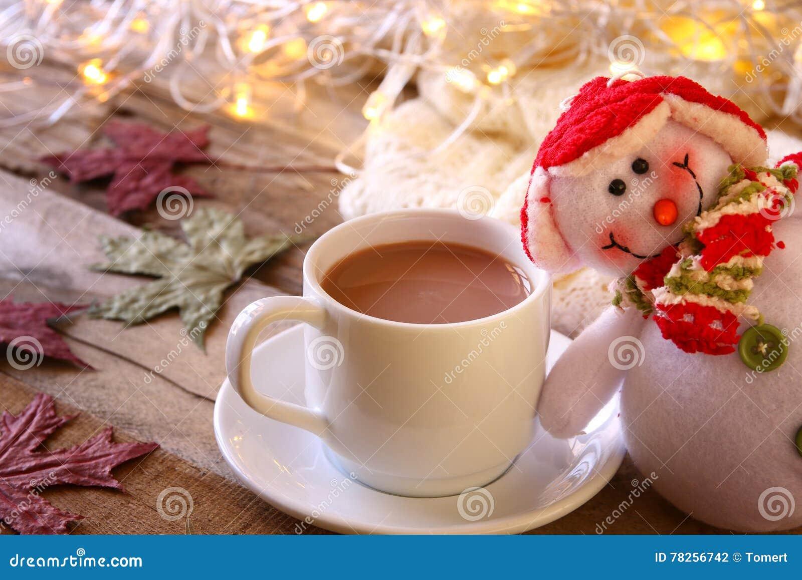 Άσπρο φλυτζάνι με τα φω τα σοκολάτας, χιονανθρώπων και Χριστουγέννων