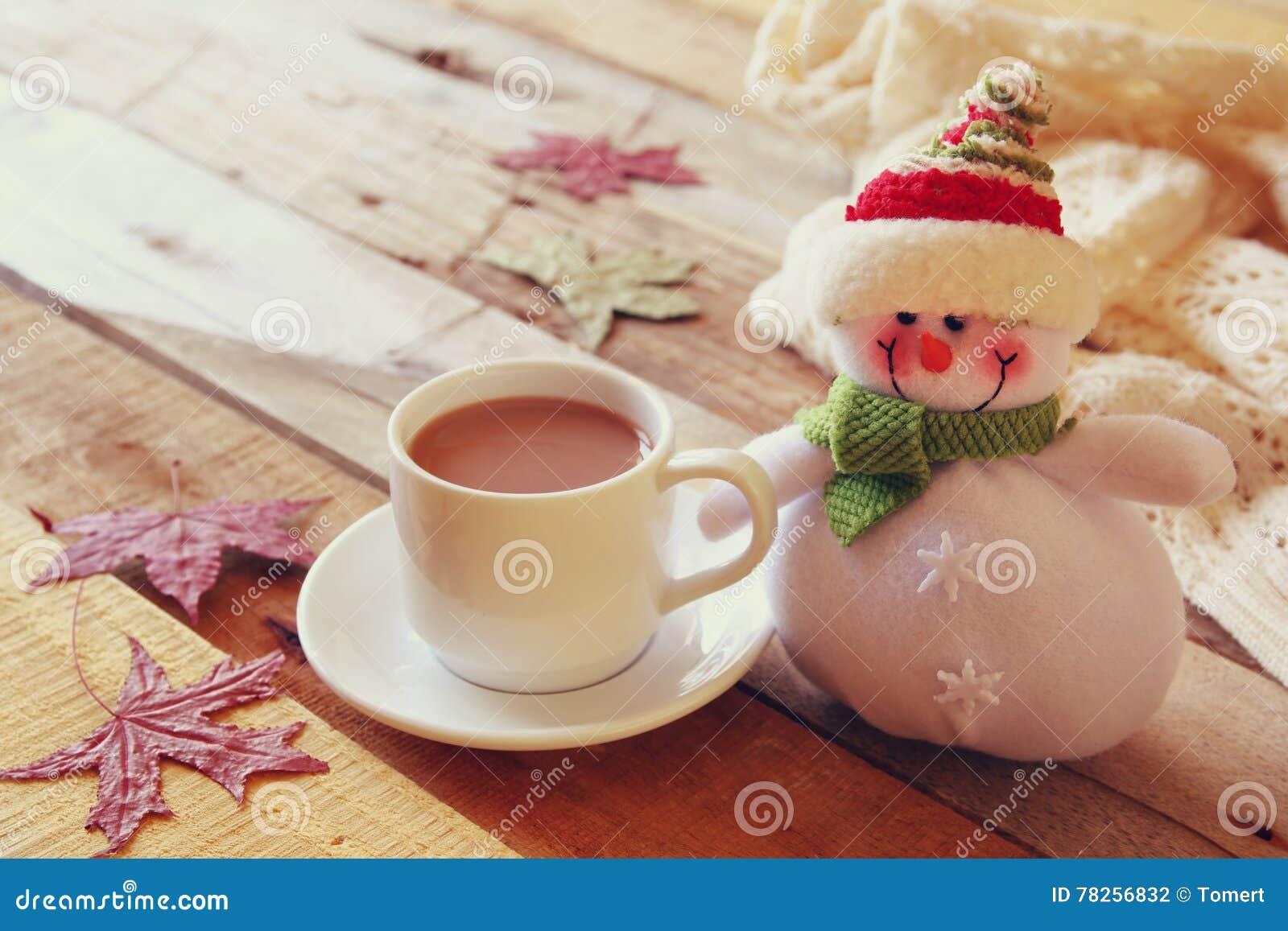 Άσπρο φλυτζάνι με την καυτούς σοκολάτα και το χιονάνθρωπο