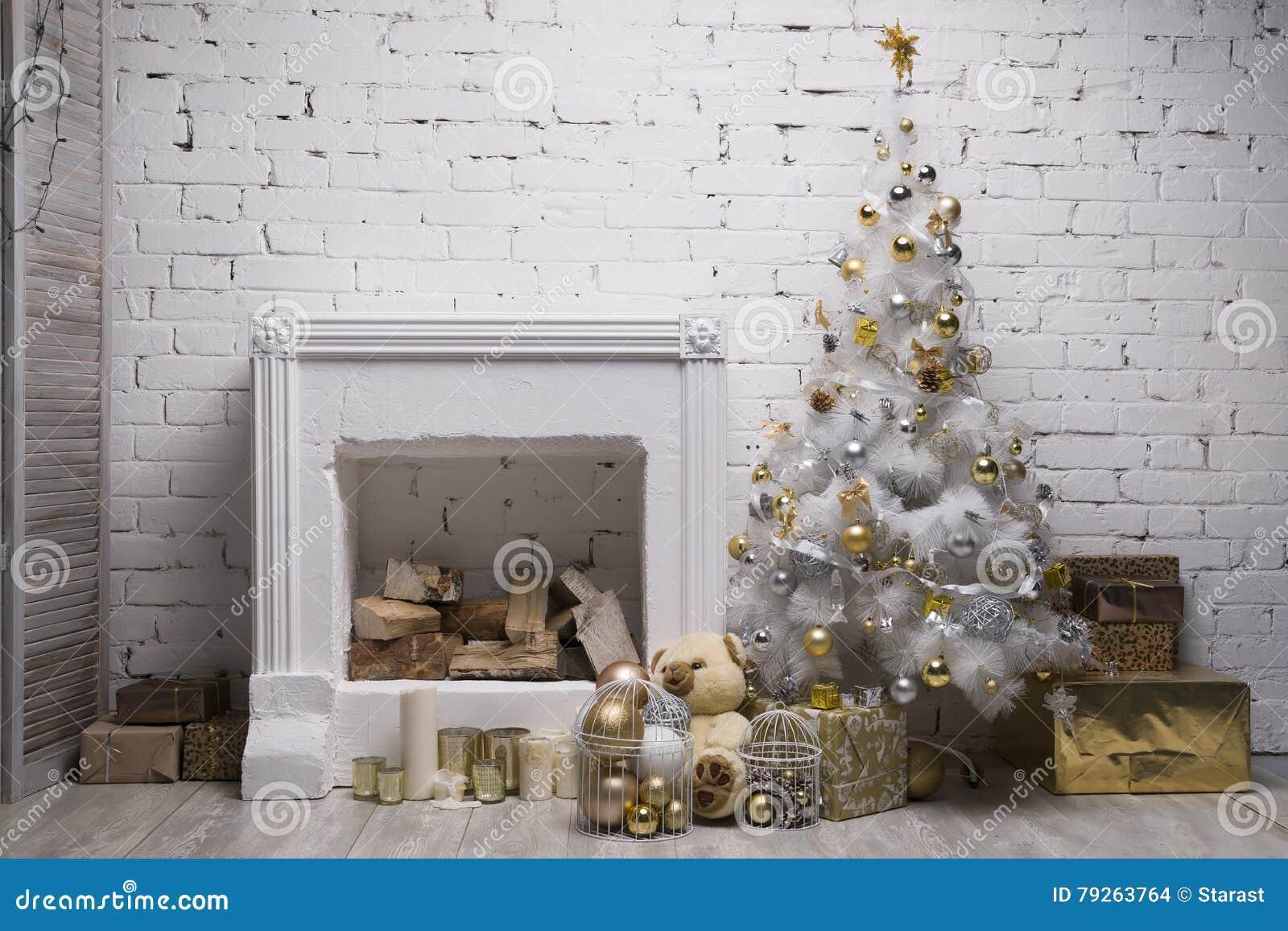 Άσπρο χριστουγεννιάτικο δέντρο με τις χρυσές και ασημένιες σφαίρες, κιβώτια δώρων, εξοπλισμένη διακοσμήσεις εστία διακοπών