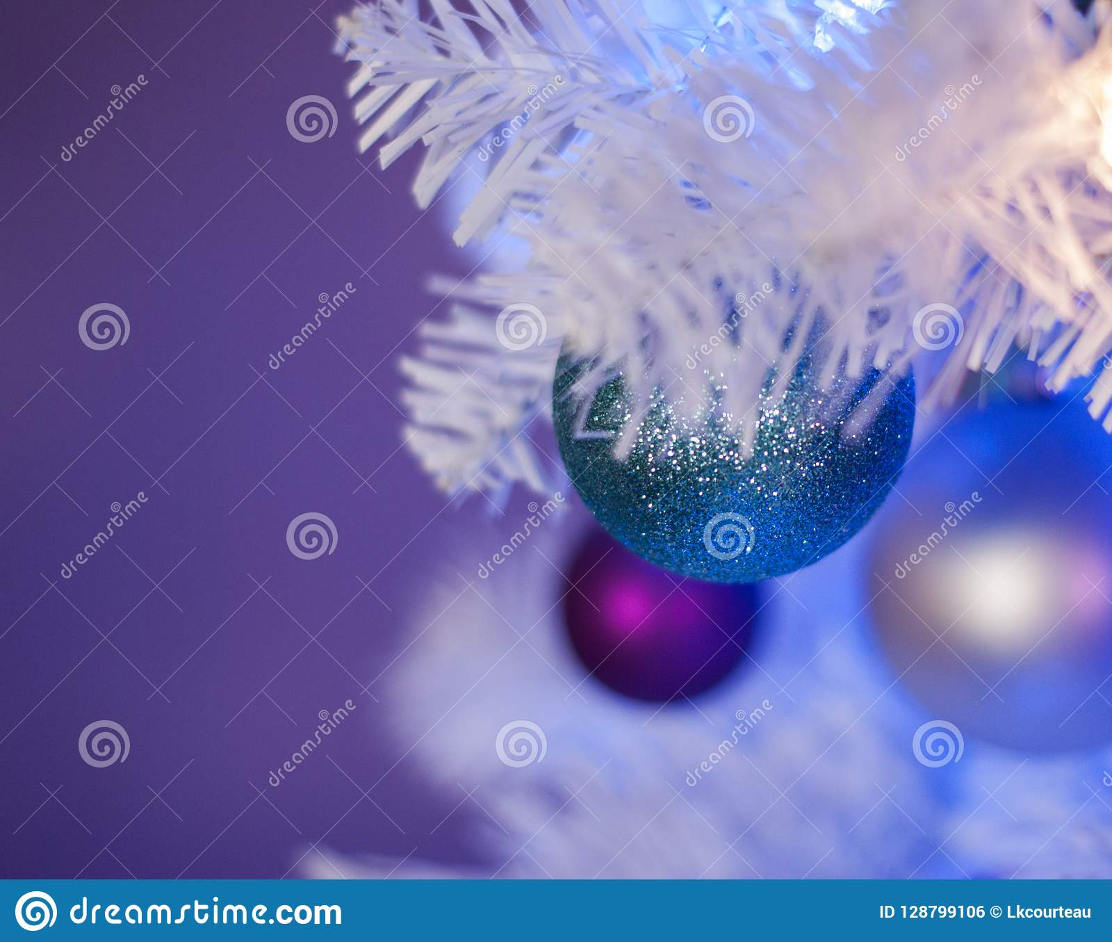 Άσπρο χριστουγεννιάτικο δέντρο με τα μπλε φω τα, άσπρα φω τα, τυρκουάζ διακόσμηση στο μέτωπο