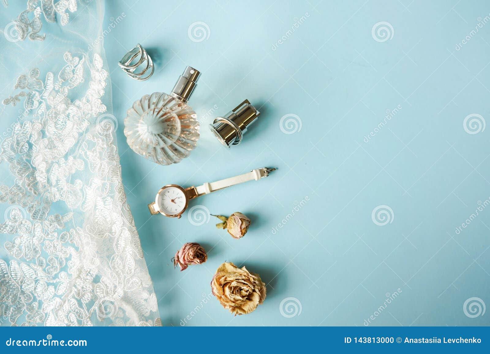 Άσπρο lingerie δαντελλών τοπ άποψης Το σύνολο ρολογιού, αρώματος, δαχτυλιδιού, τριαντάφυλλων και εσώρουχου γυναικών ουσιαστικού β
