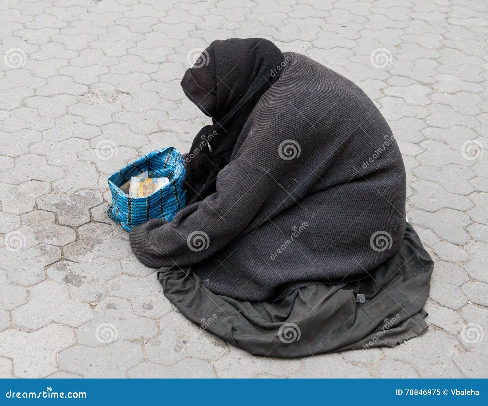 Άστεγη γυναίκα στην οδό