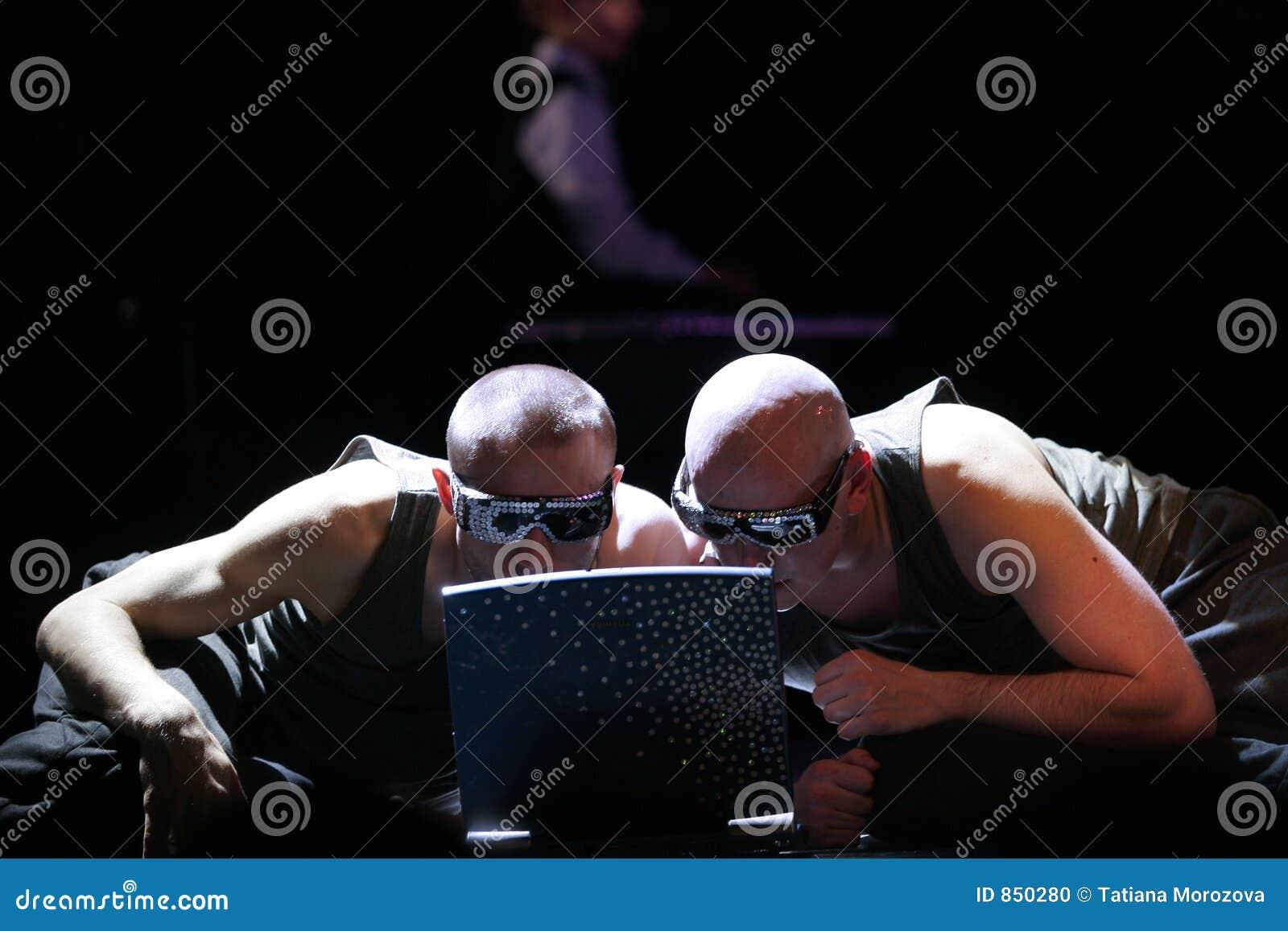 άτομα δύο υπολογιστών