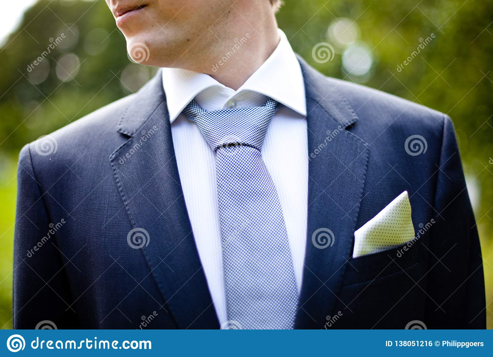 Άτομο γαμήλιων φορεμάτων νεόνυμφων
