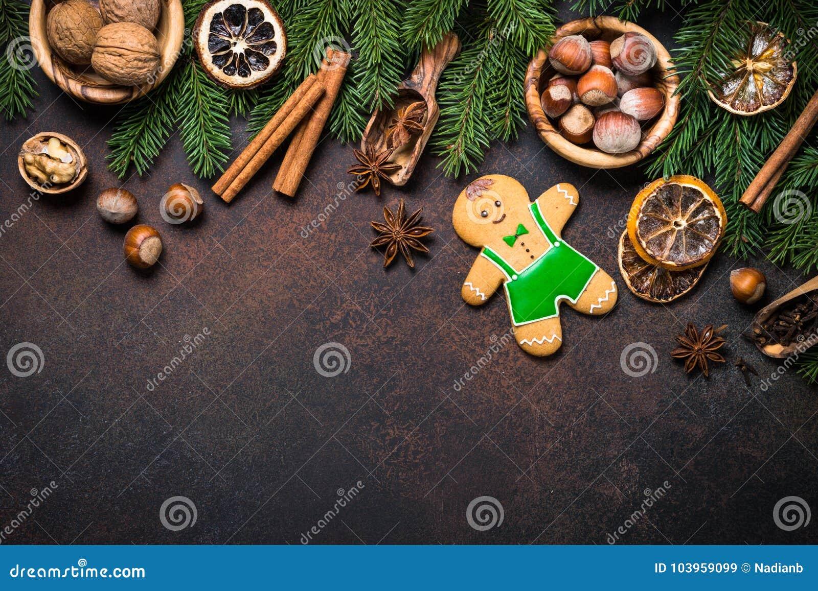 Άτομο μελοψωμάτων Χριστουγέννων με τα καρυκεύματα και τα καρύδια