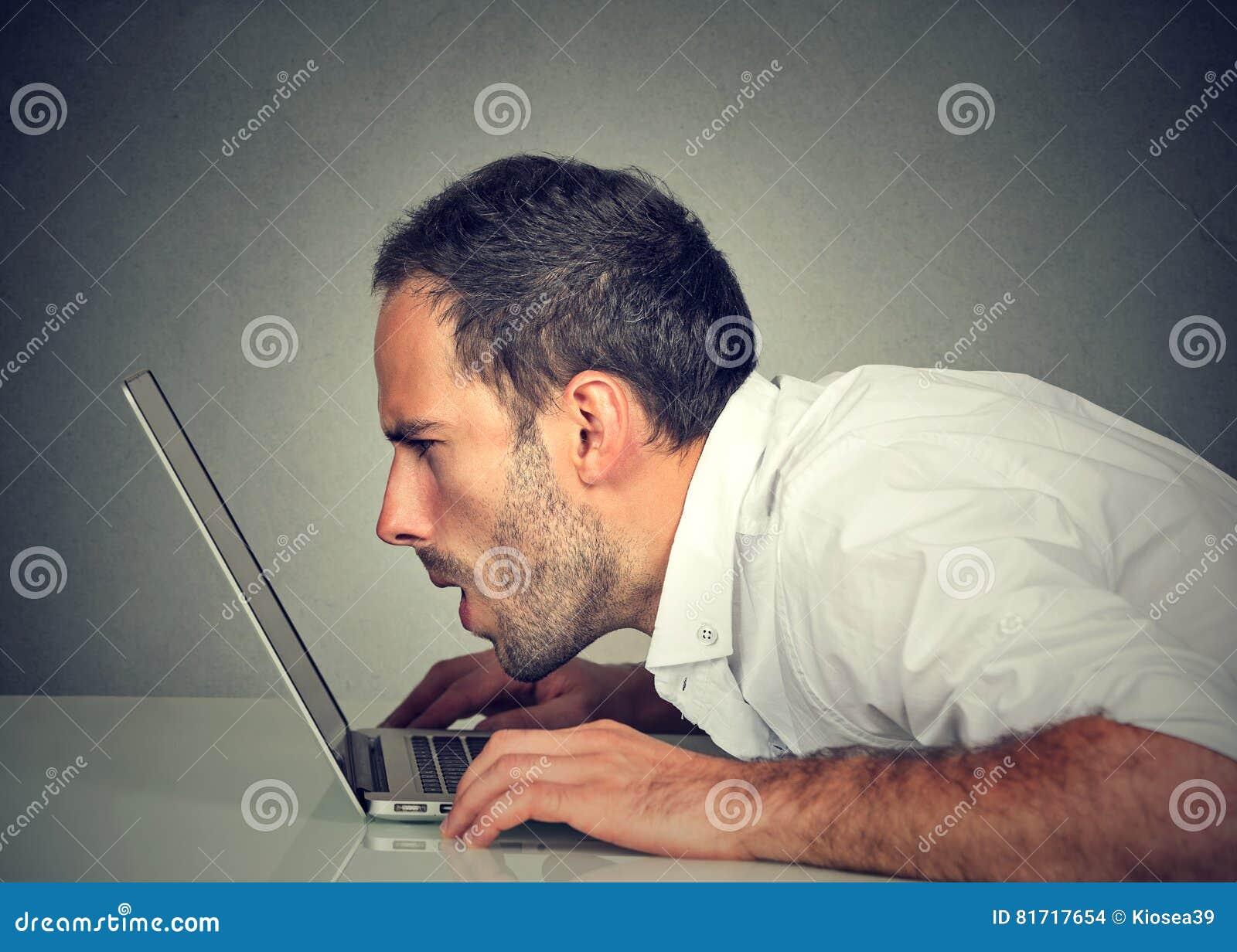 8ff2484e58 Άτομο με τα προβλήματα όρασης που χρησιμοποιούν το ηλεκτρονικό ταχυδρομείο  ανάγνωσης υπολογιστών που κοιτάζει βιαστικά Διαδίκτυο