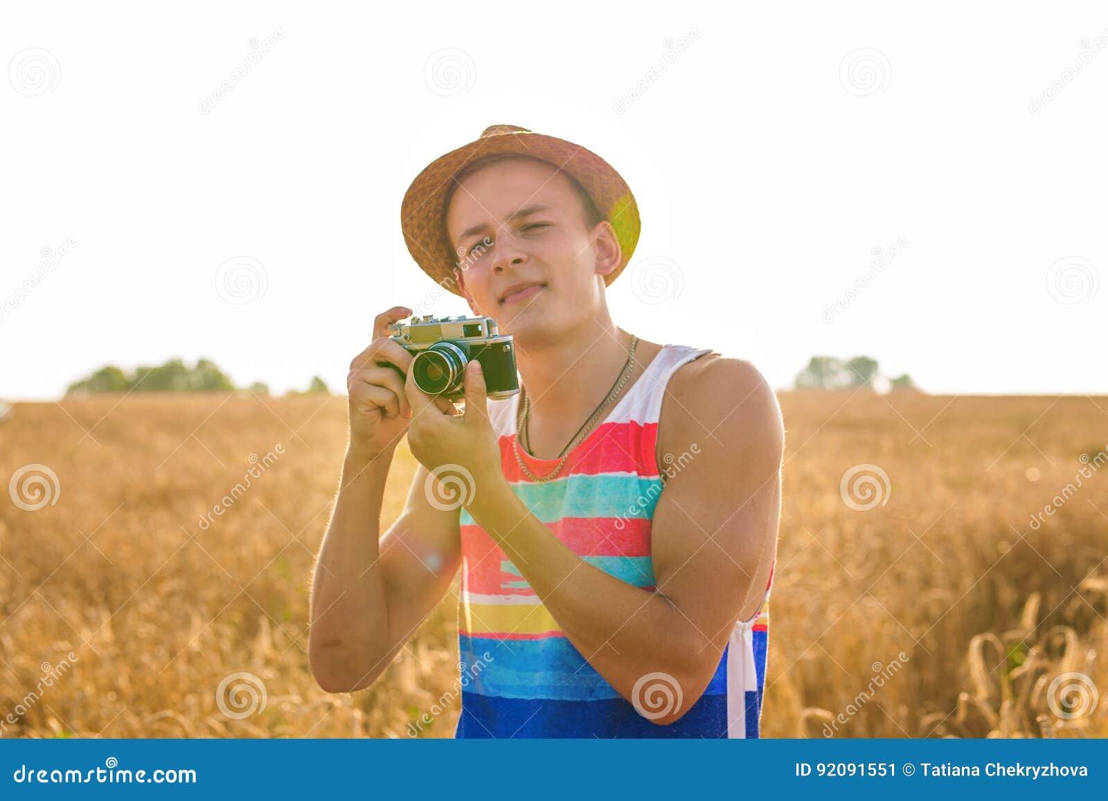 Άτομο με τον αναδρομικό τρόπο ζωής ταξιδιού μόδας καμερών φωτογραφιών υπαίθριο