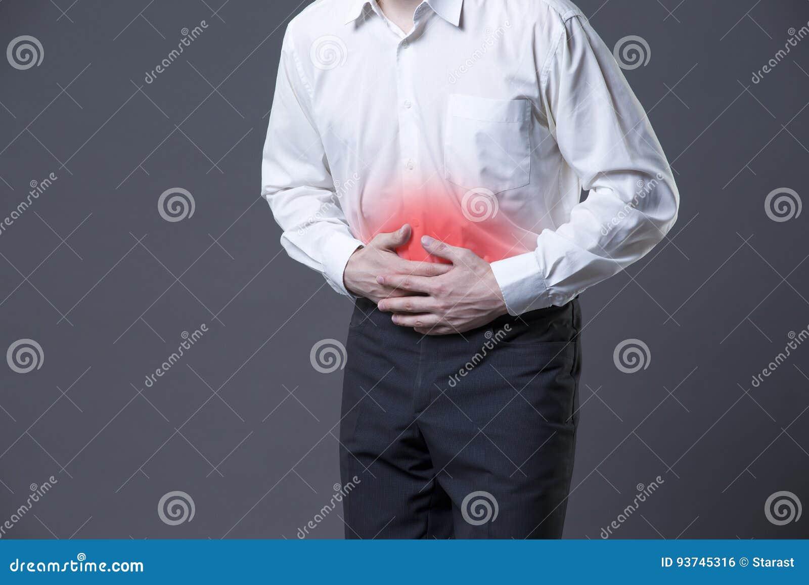 Άτομο με τον κοιλιακό πόνο, πόνος στομαχιών στο γκρίζο υπόβαθρο
