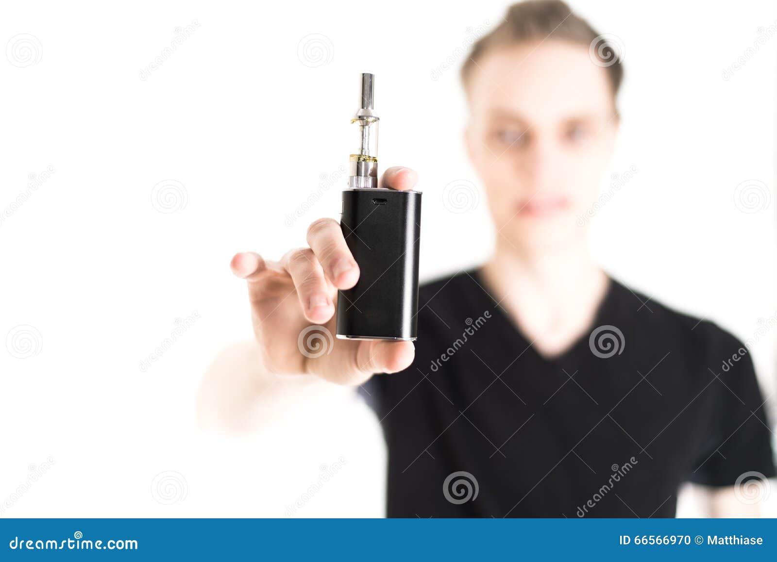 Άτομο με το ηλεκτρονικό τσιγάρο